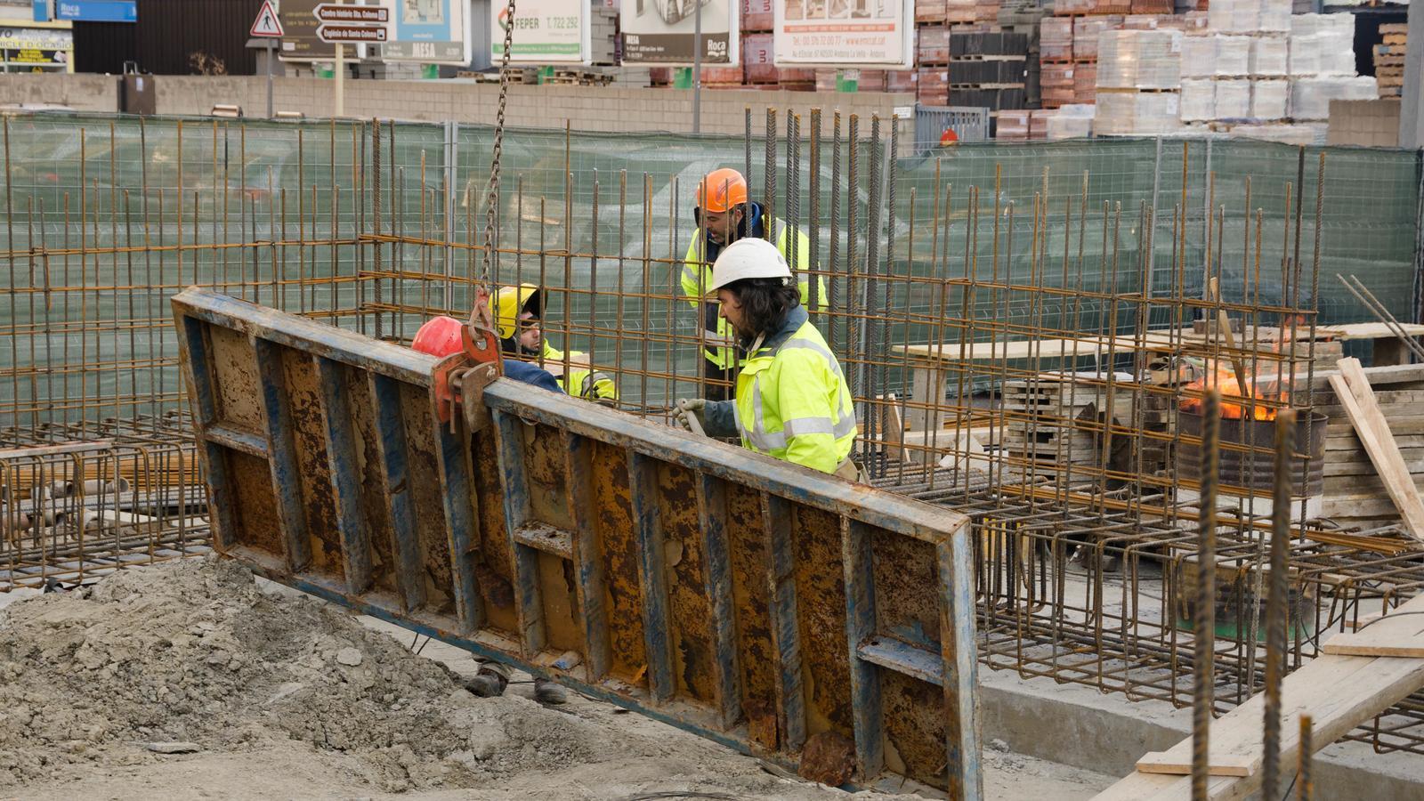 Treballadors de la construcció a unes obres a Santa Coloma. / Arxiu ANA