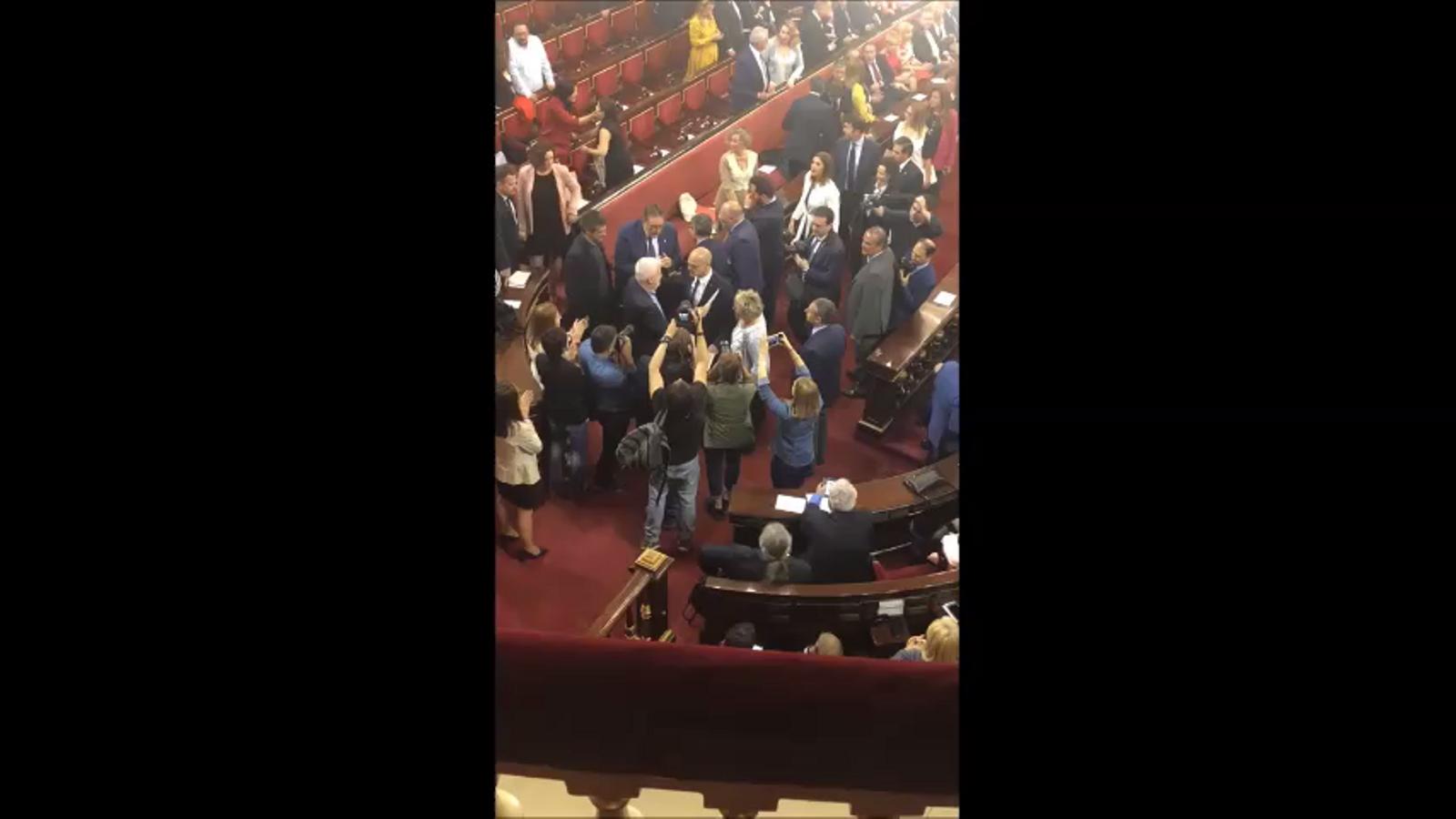 Raül Romeva s'abraça al senador de Junts per Catalunya Jami Matamala en la seva arribada al Senat