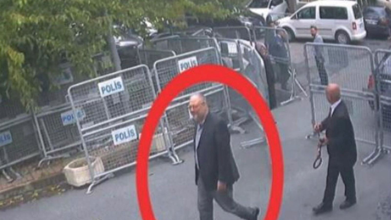 El periodista Jamal Khashoggi entrant al consolat d'Istanbul.