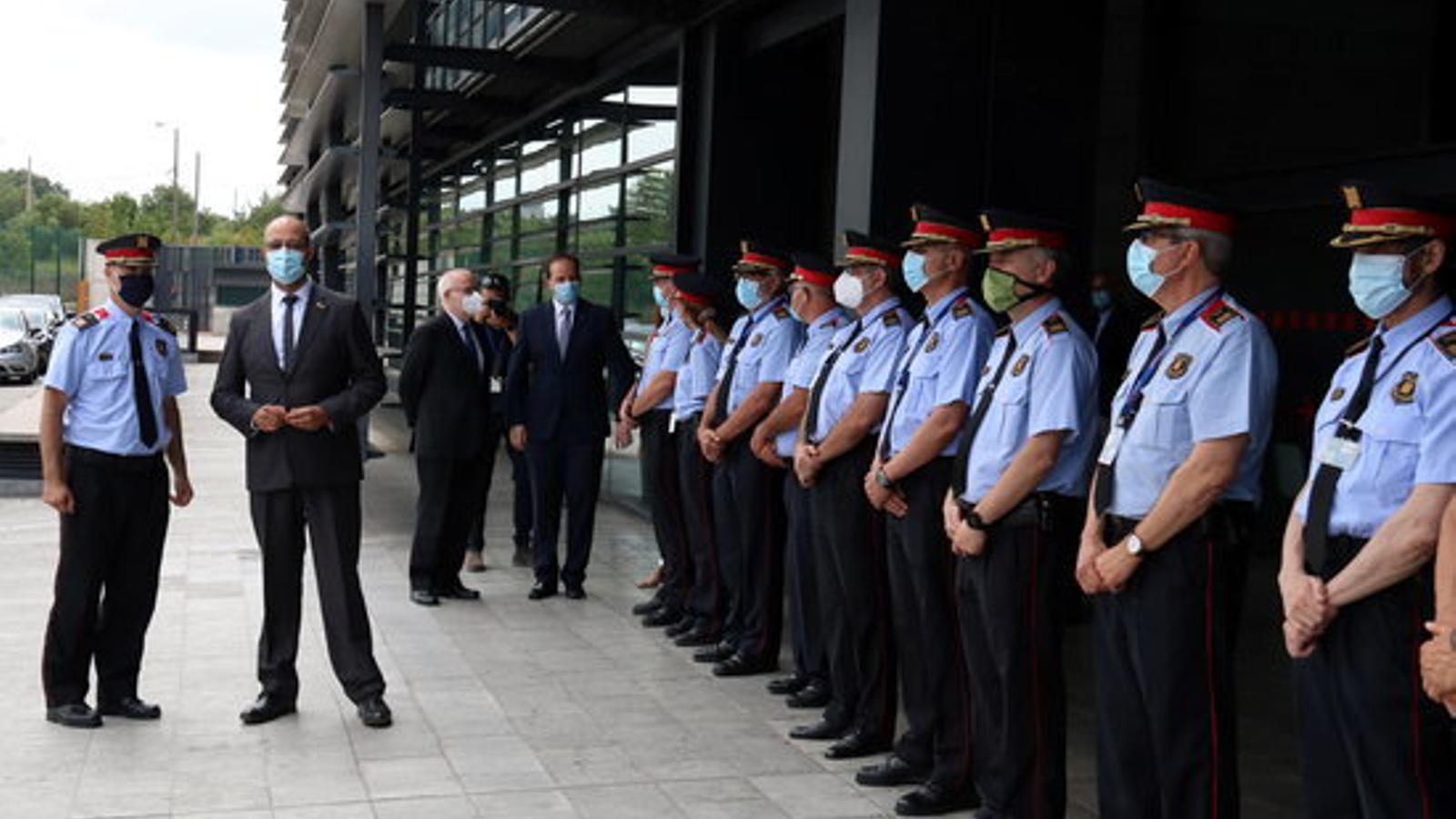 El conseller d'Interior, Miquel Buch, davant de diversos comissaris dels Mossos, en formació, abans de la presentació de l'auditoria / POL SOLÀ (ACN)