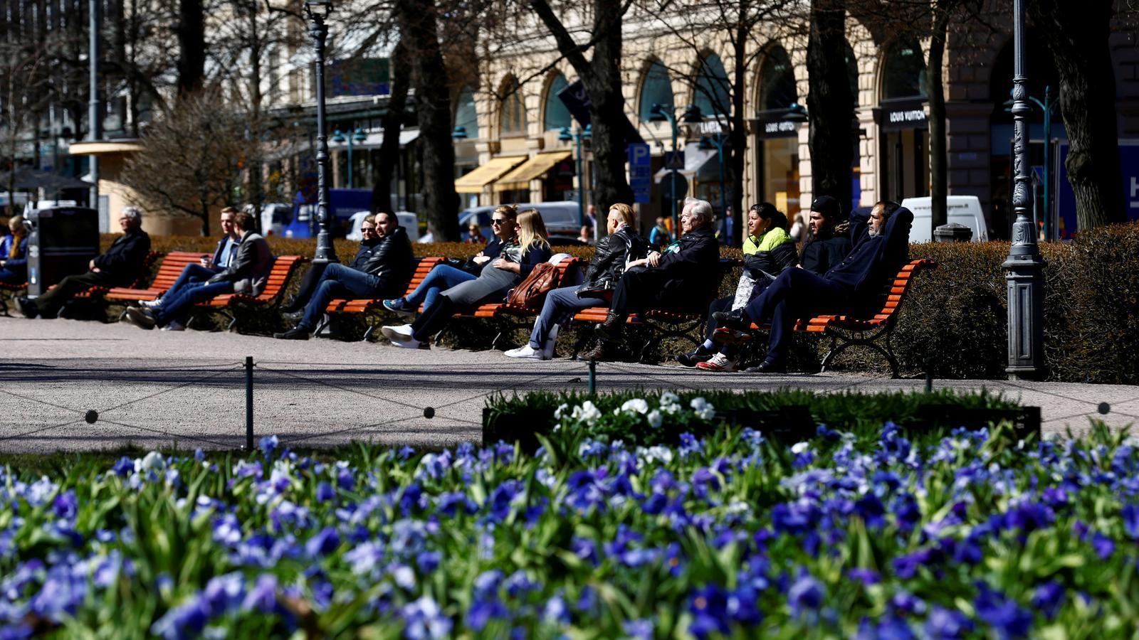 Residents de Helsinki aprofiten la bona temperatura primaveral per prendre el sol.