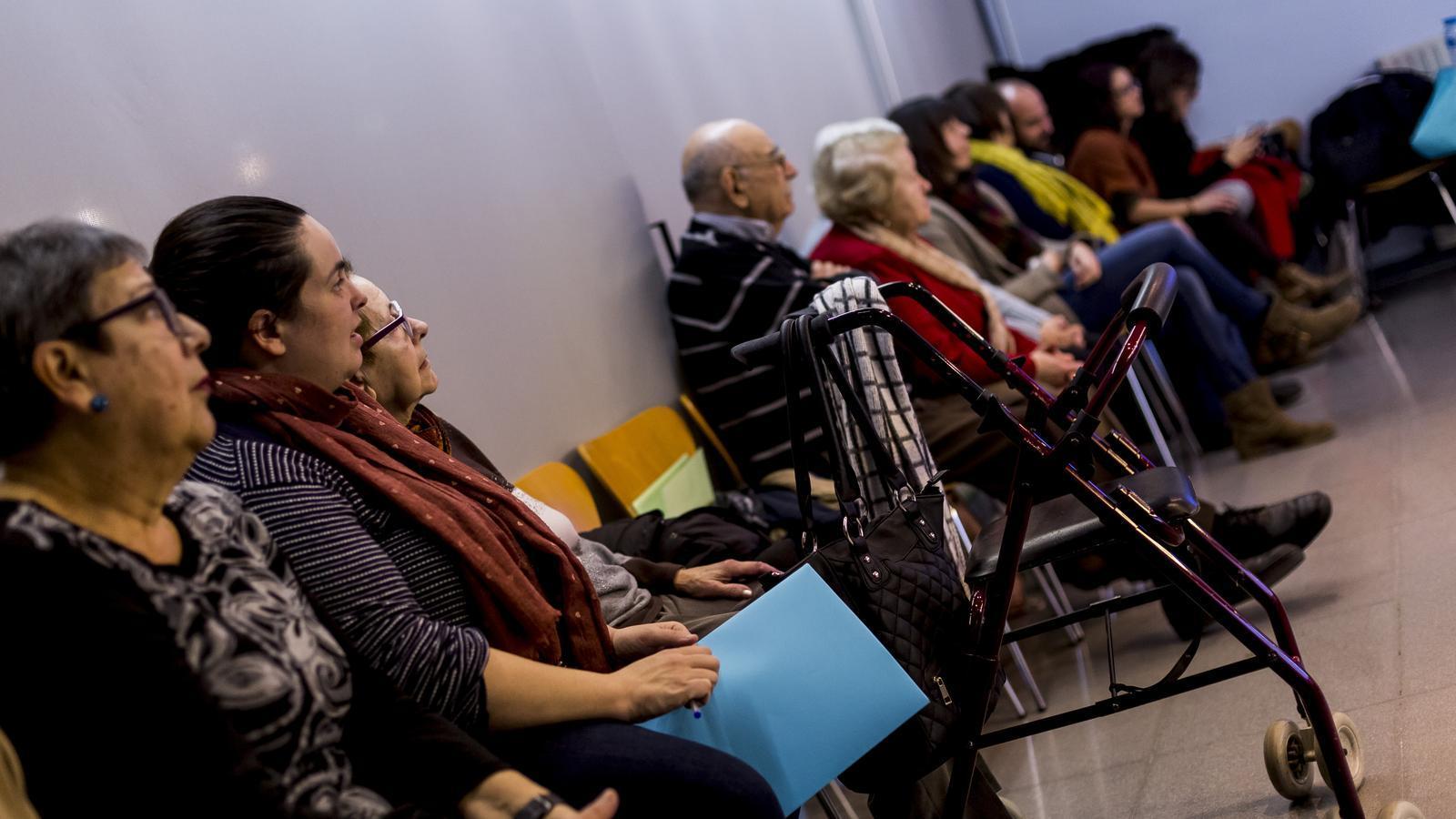 Barcelona tanca els casals de gent gran i reforça la teleassistència