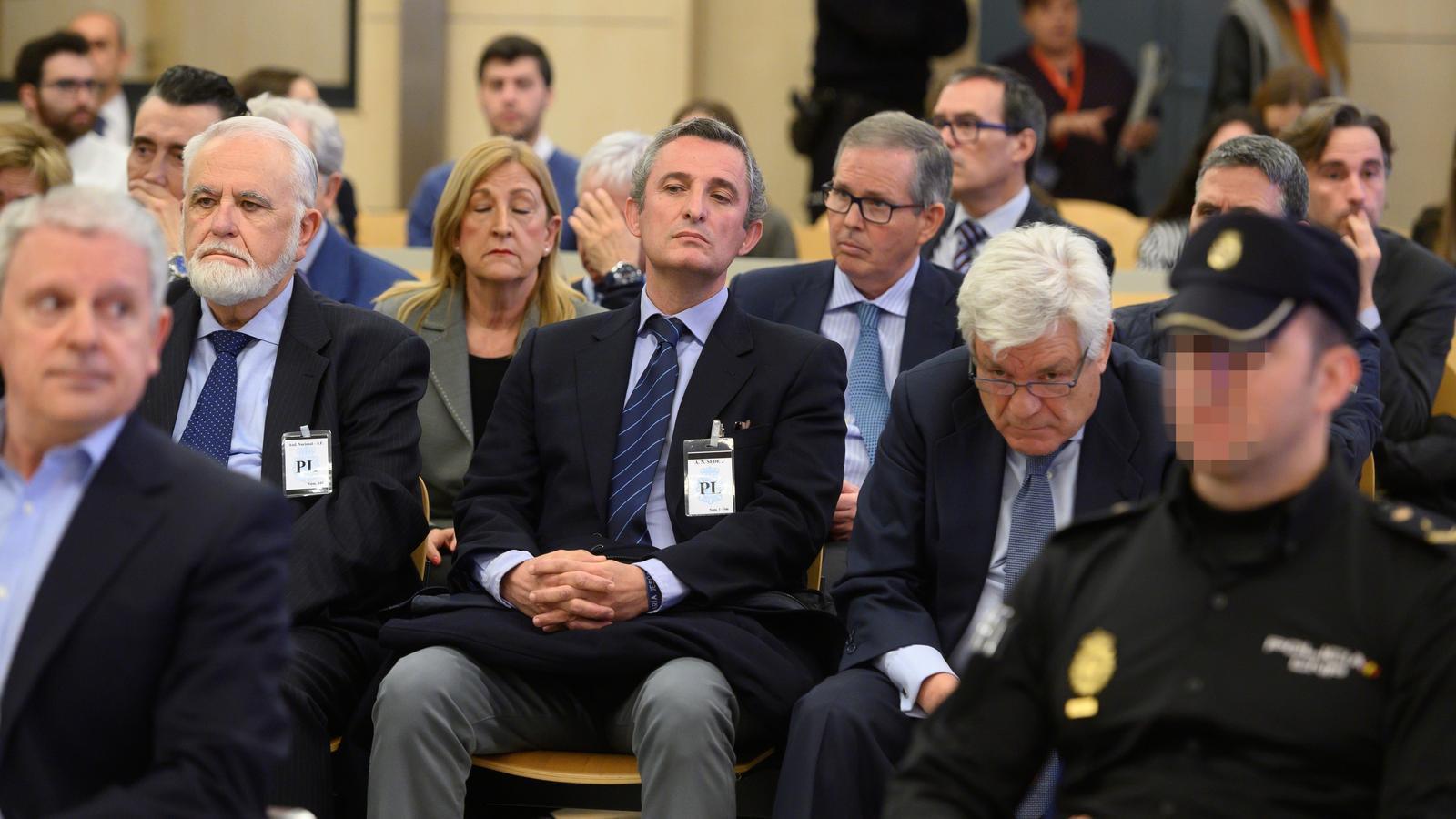 L'expresident de les Corts Valencianes Juan Cotino (e), l'exdirector de la televisió i la ràdio públiques del País Valencià Pedro García (c) i l'exvicepresident de Repsol YPF Jose Ramón Blanco Balín (d), durant l'inici del judici per la visita del Papa Benet XVI a València