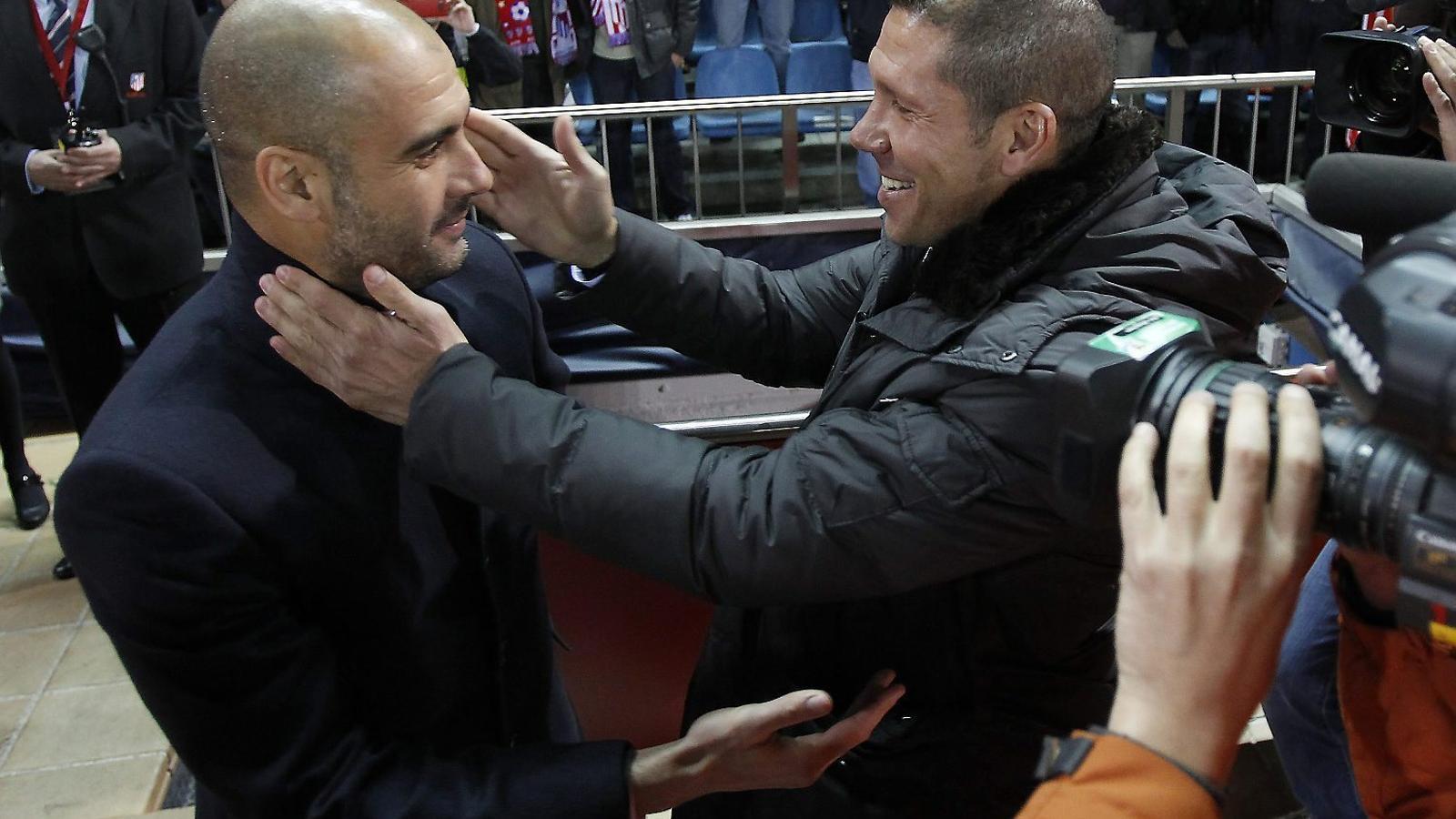 Pep Guardiola i Diego Simeone saludant-se abans d'un partit  al Calderón.