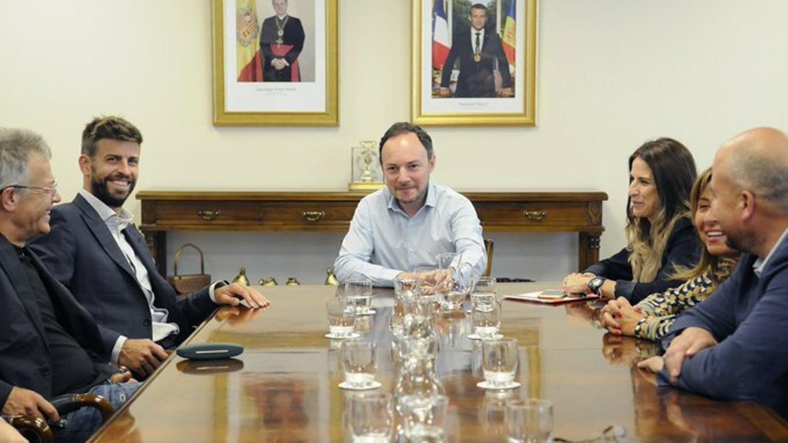 Un moment de la trobada de Piqué amb representants del Govern i dels comuns d'Andorra la Vella i Encamp. / SFG