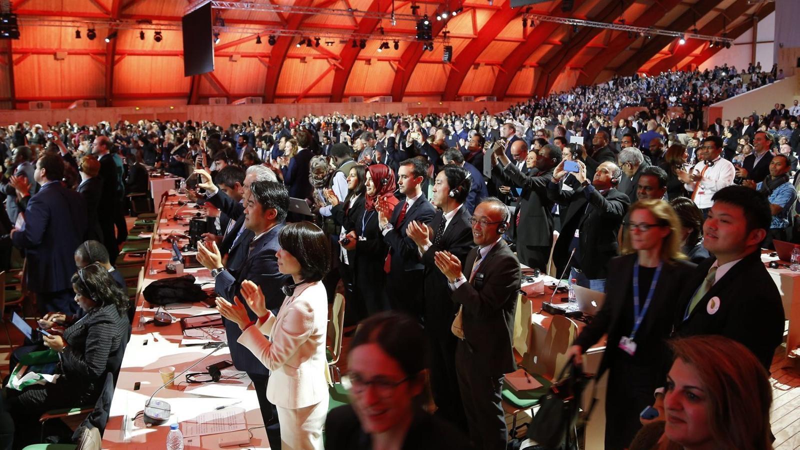 Els assistents a la Cimera de París van celebrar de manera efusiva que finalment s'aconseguís arribar a un acord per lluitar contra el canvi climàtic.