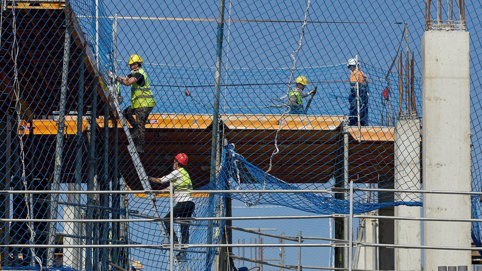 Els treballadors de les obres del nou edifici de la Clínica Girona han tornat avui a la feina després dels quinze dies d'hibernació econòmica