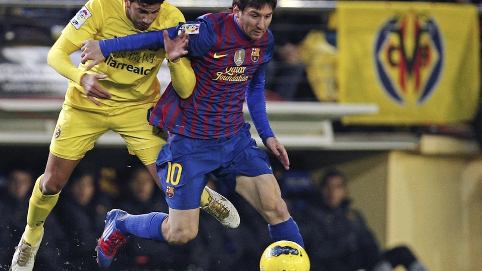 Leo Messi intenta superar Musacchio.