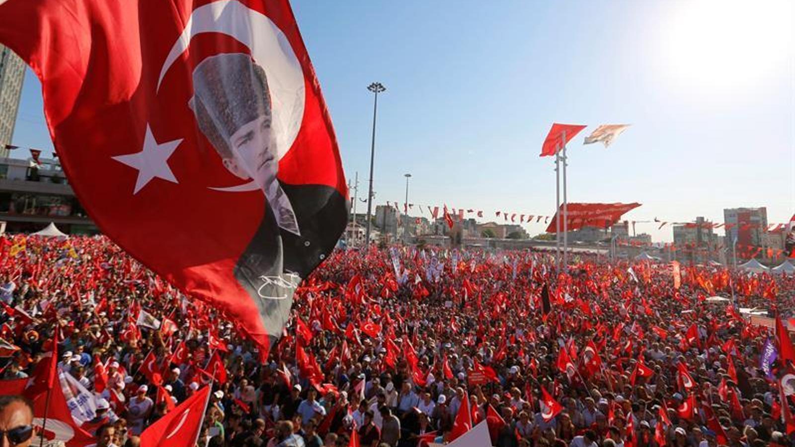 Manifestació a la plaça de Taksim en defensa de la democràcia i la Turquia laica.