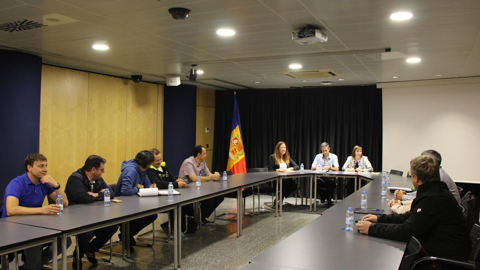 La ministra de Funció Pública i Reforma de l'Administració, Eva Descarrega, i altres càrrecs de la Funció Pública, en una reunió amb els sindicats celebrada el passat setembre. / ARXIU ANA