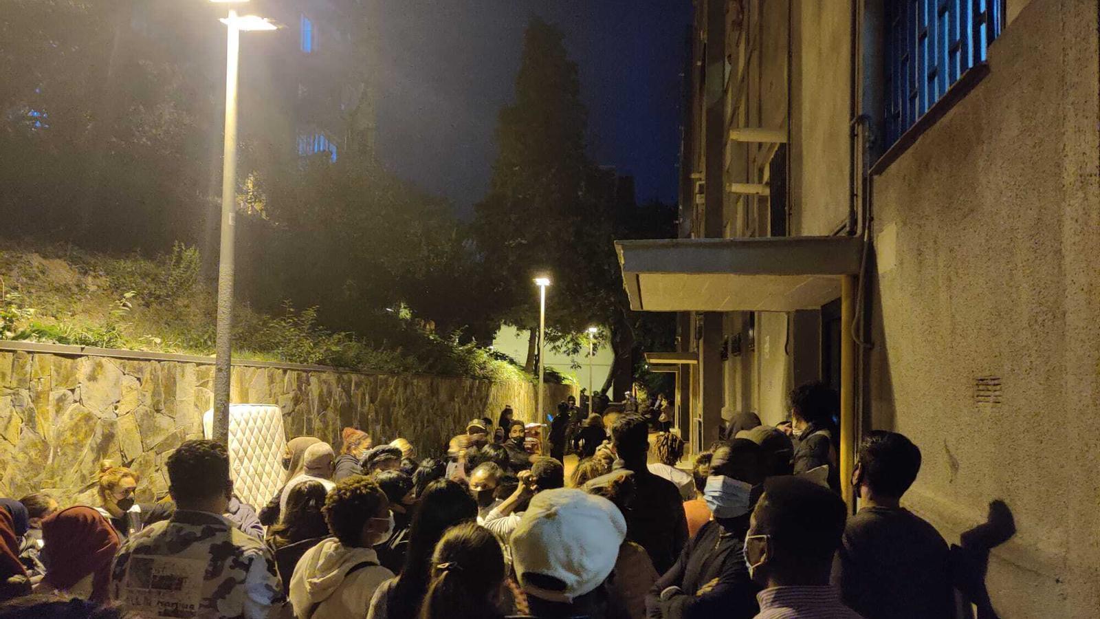 Desnonen una família amb tres menors a Ciutat Meridiana una hora abans del toc de queda