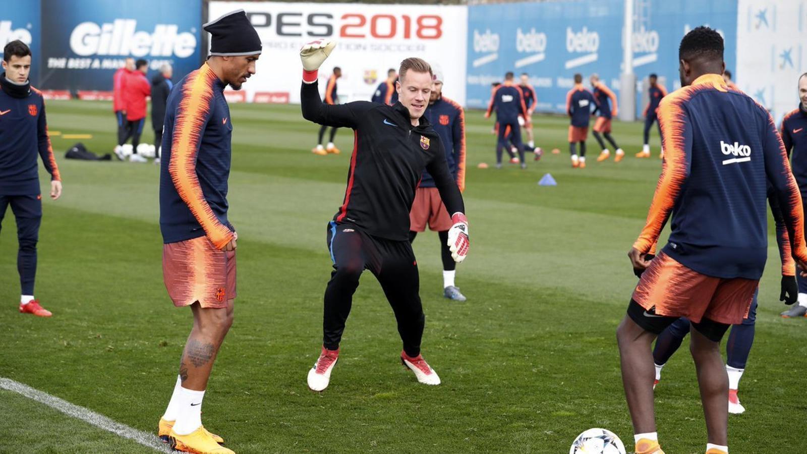 Els jugadors del Barça, durant l'entrenament d'aquest diumenge al matí