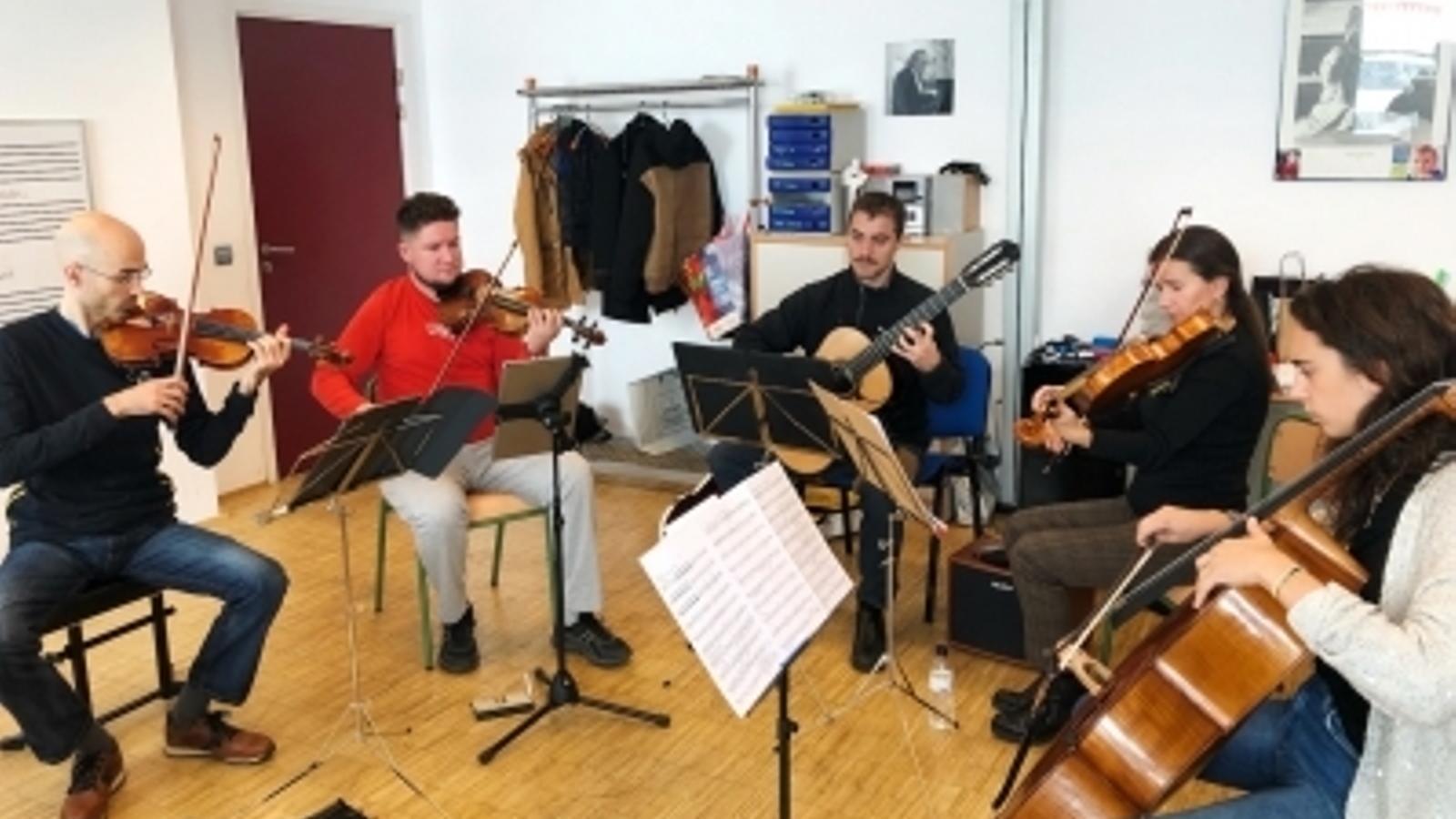 Els membres del quintet 5AndCordes. / ORDINO CLÀSSIC