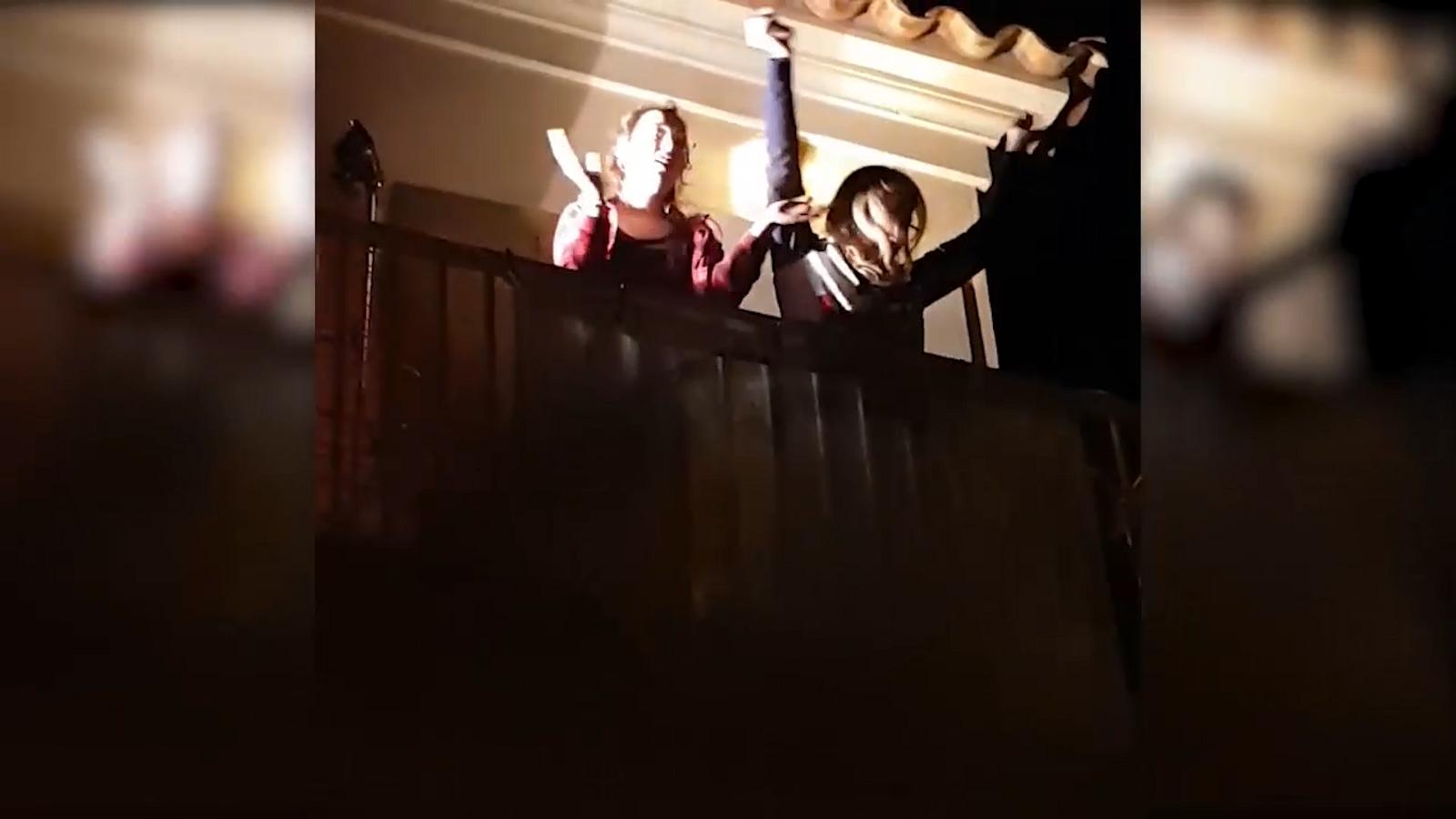 Els veïns de Cala Figuera canten cada horabaixa el 'Resistiré' del Dúo Dinàmico