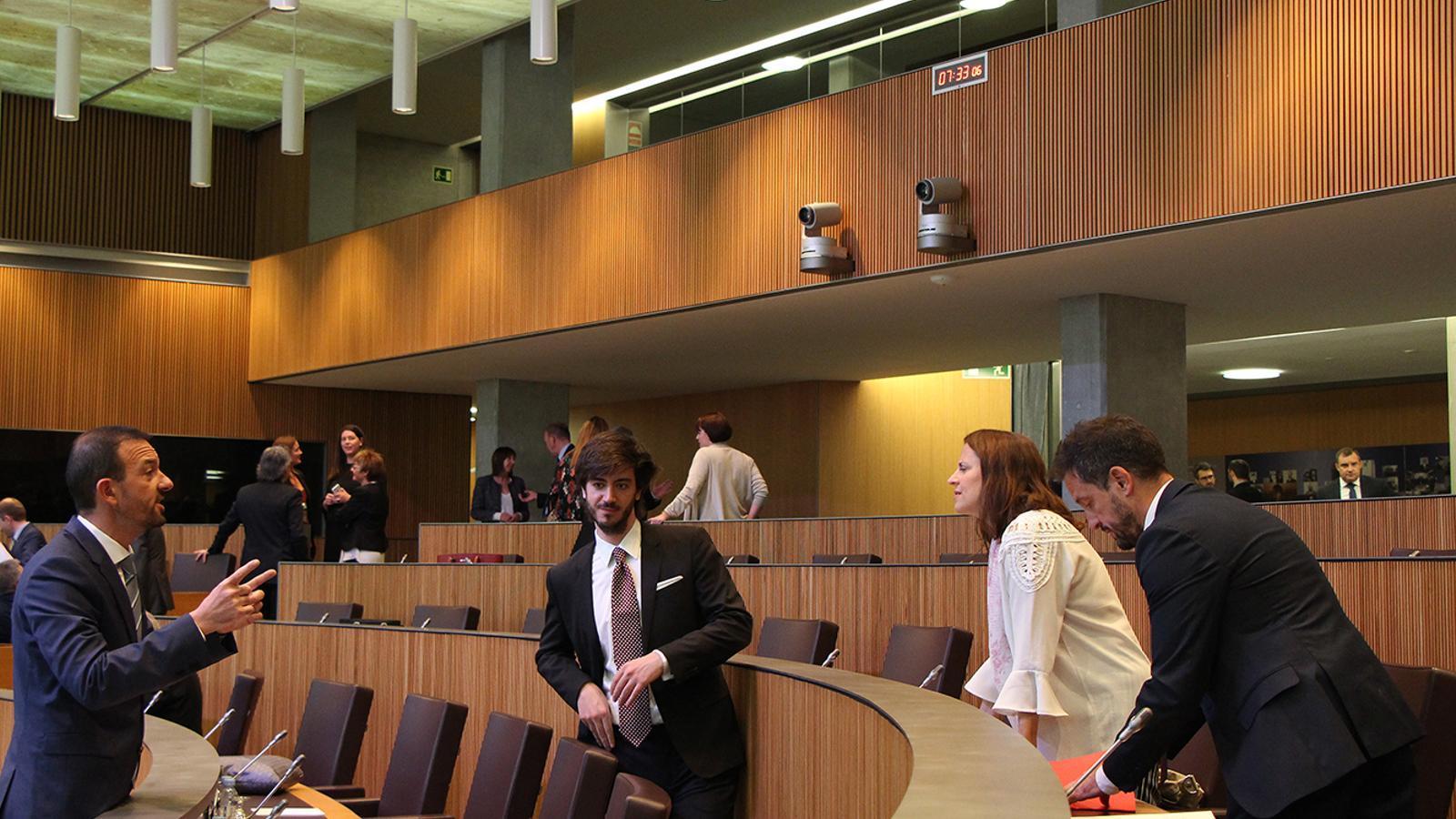 El ministre d'Ordenament Territorial, Jordi Torres, conversa amb els consellers del PS Rosa Gili i Pere López. / M. F. (ANA)