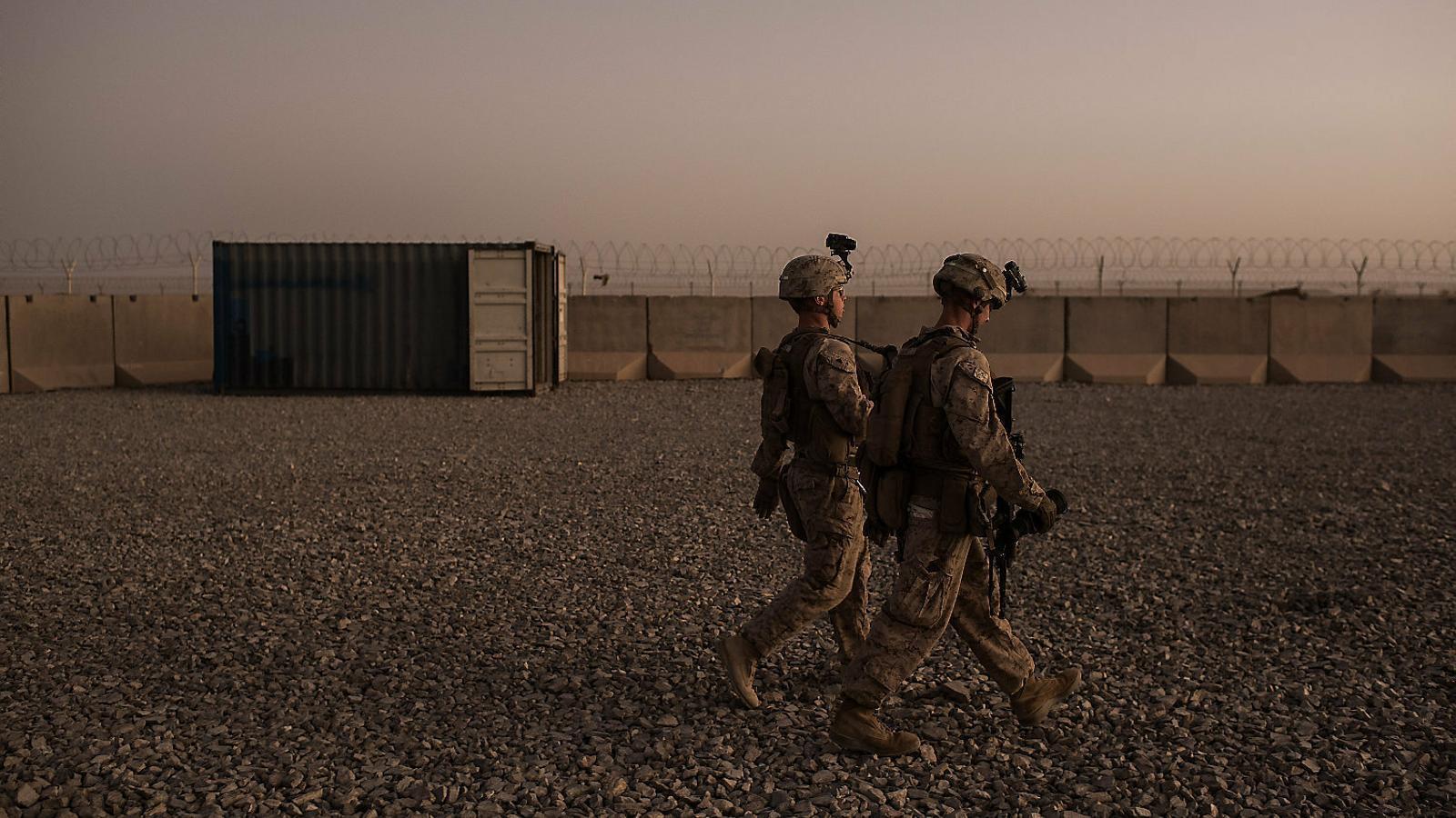 Dos marines caminant per una base nord-americana a la província de Helmand en una imatge del 2017.
