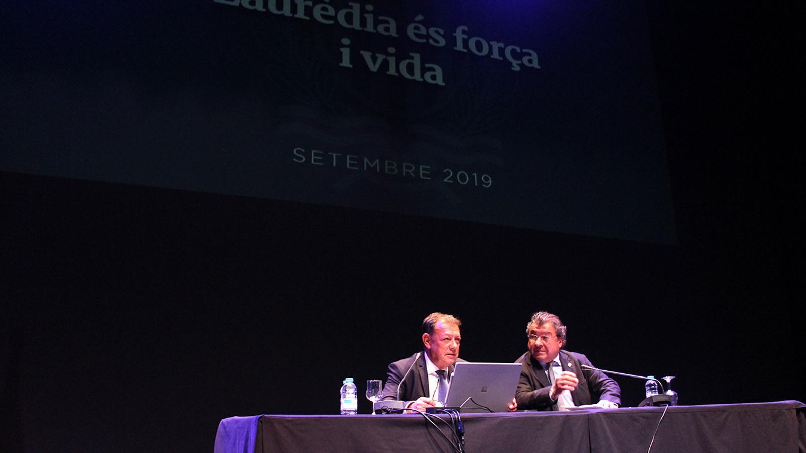 Els cònsols major i menor de Sant Julià de Lòria, Josep Miquel Vila i Julià Call, durant la reunió de poble. / M. F. (ANA)
