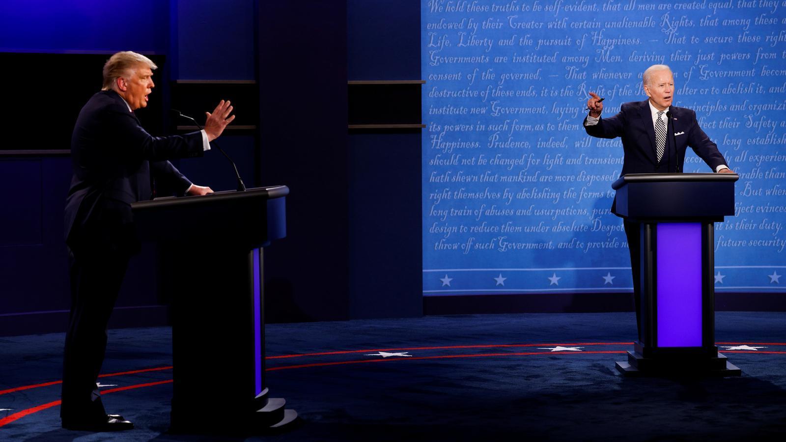 Donald Trump i Joe Biden en el primer debat presidencial, a Cleveland (Ohio).