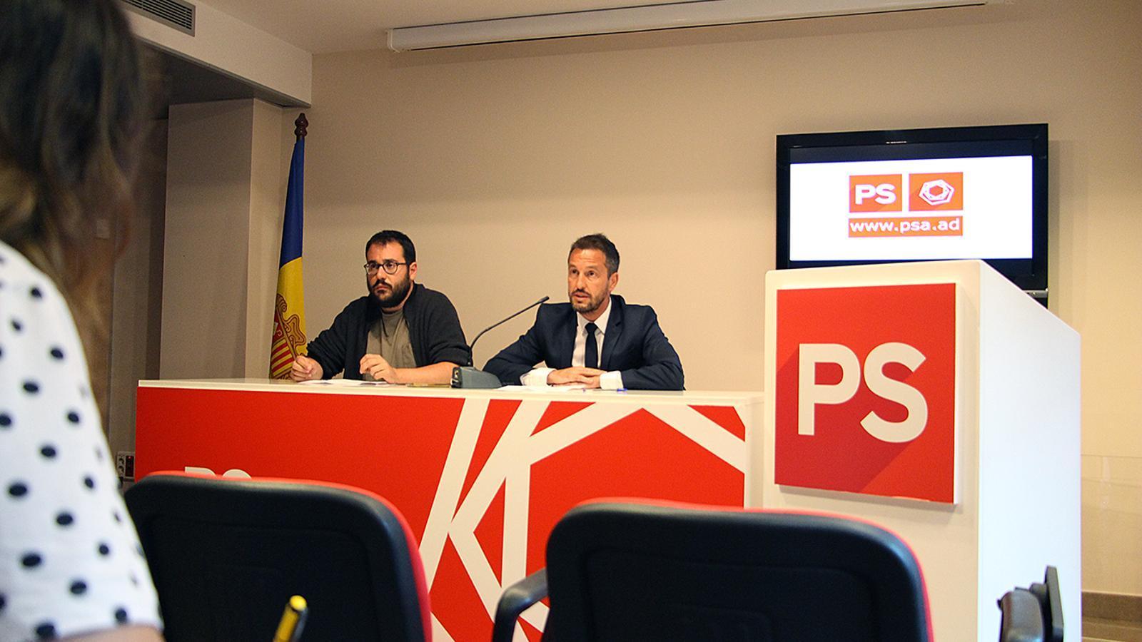 El secretari d'organització del PS, Carles Sánchez, i el president del partit, Pere Lòpez, durant la roda de premsa. / M. M.