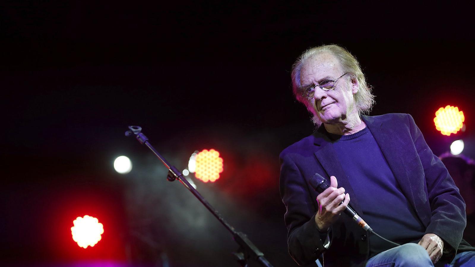 Luis Eduardo Aute durant un concert celebrat al barri madrileny de Vallecas el 4 de maig del 2016, uns mesos abans de patir un infart.