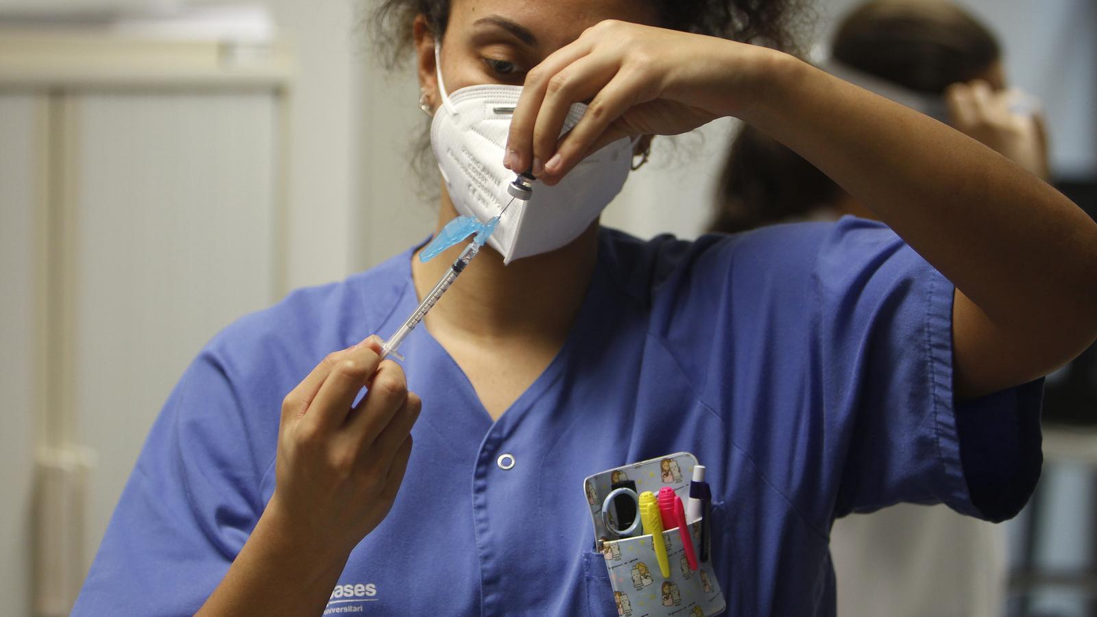 Una infermera de Son Espases vacunant contra el covid-19.
