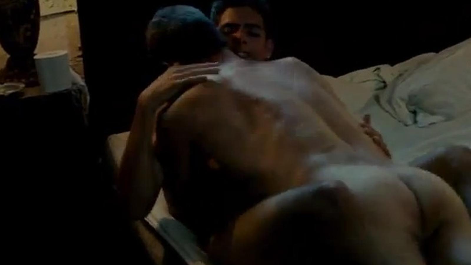 Toni Cantó, despullat i en el llit amb un home a 'La partida'