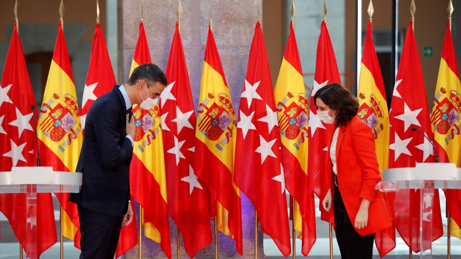 24 banderes espanyoles i de la Comunitat de Madrid han presidit la roda de premsa del president espanyol, Pedro Sánchez, i la presidenta madrilenya, Isabel Díaz Ayuso, a la seu del govern regional.