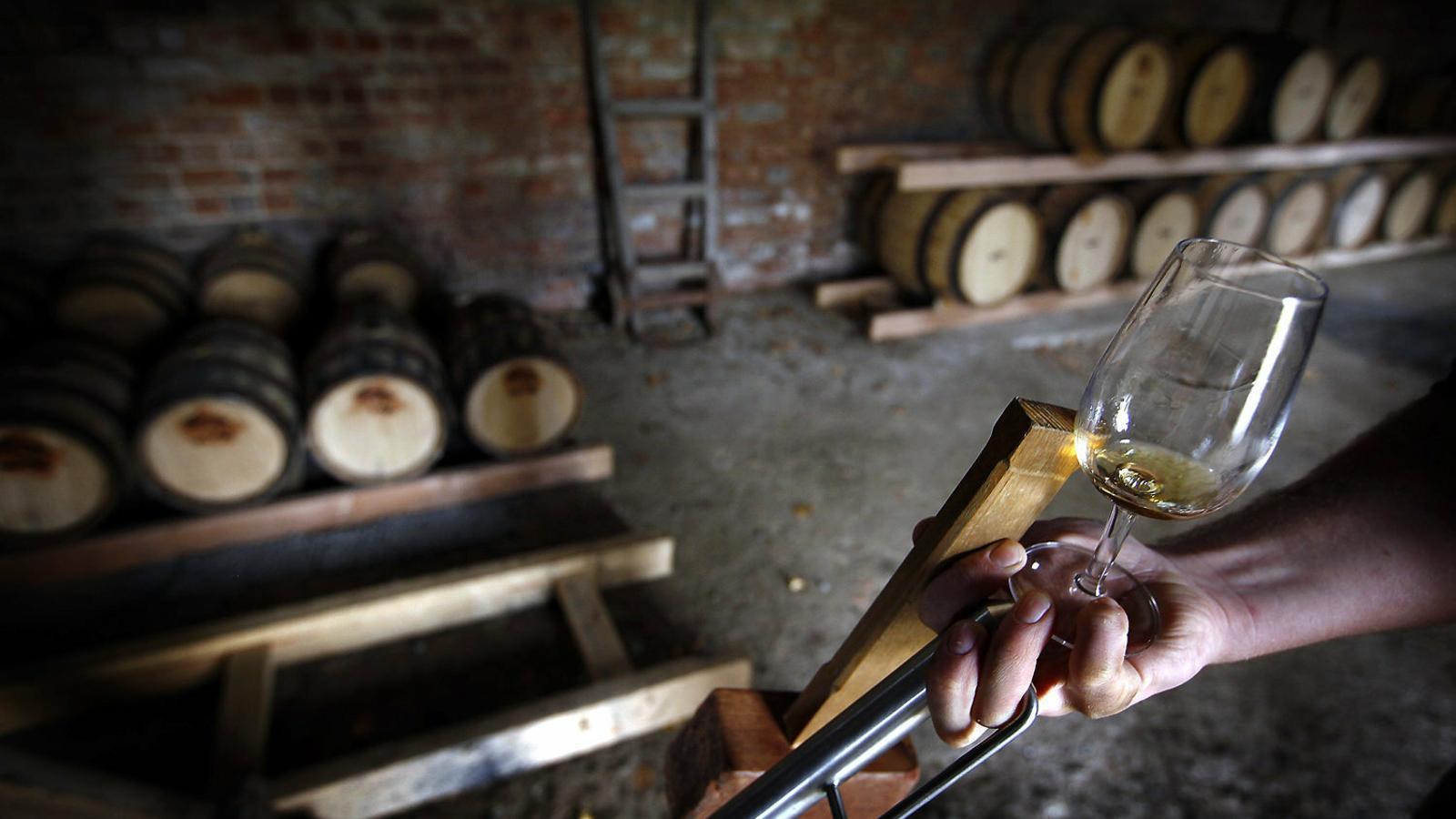 A dalt, una destil·leria de Tasmània. A baix, diversos whiskys fets en aquesta regió australiana.