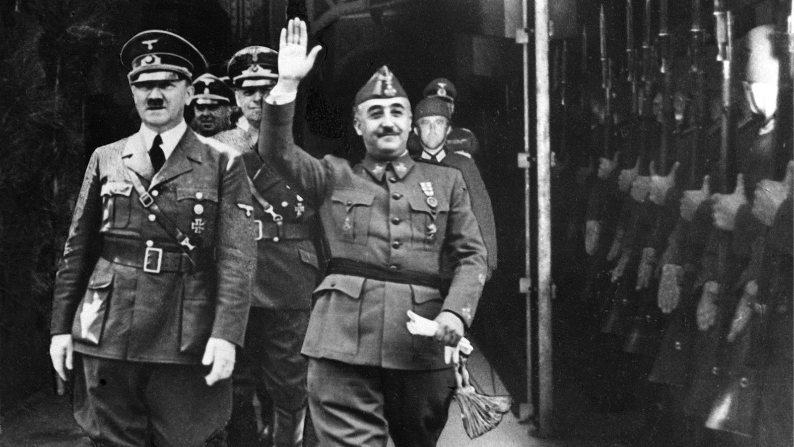 Francisco Franco amb Adolf Hitler. Tots dos dictadors van passar revista a les tropes que apareixen a la imatge i van aixecar el braç com salutació, però les figures de Franco i de Hitler van ser preses d'un altre acte anterior i enganxades sobre l'original d'Hendaia, probablement per realçar la seva imatge.