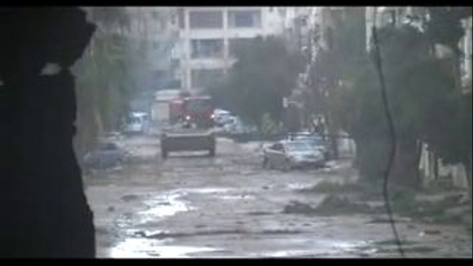 Un activista filma l'entrada dels tancs al barri de Baba Amr, a Homs (Síria)