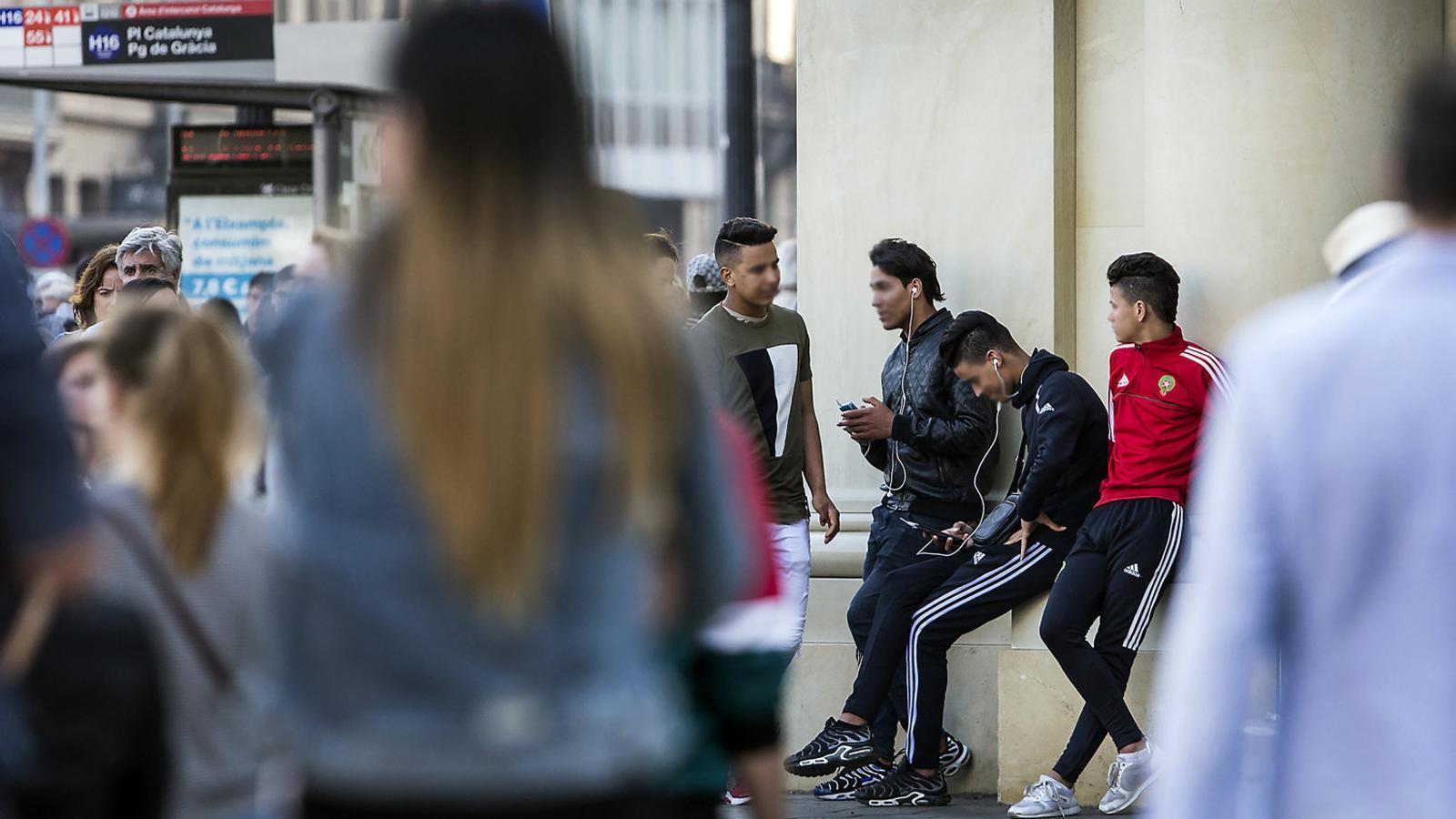 Menors estrangers no acompanyats, els anomenats MENA, a la plaça Catalunya de Barcelona.