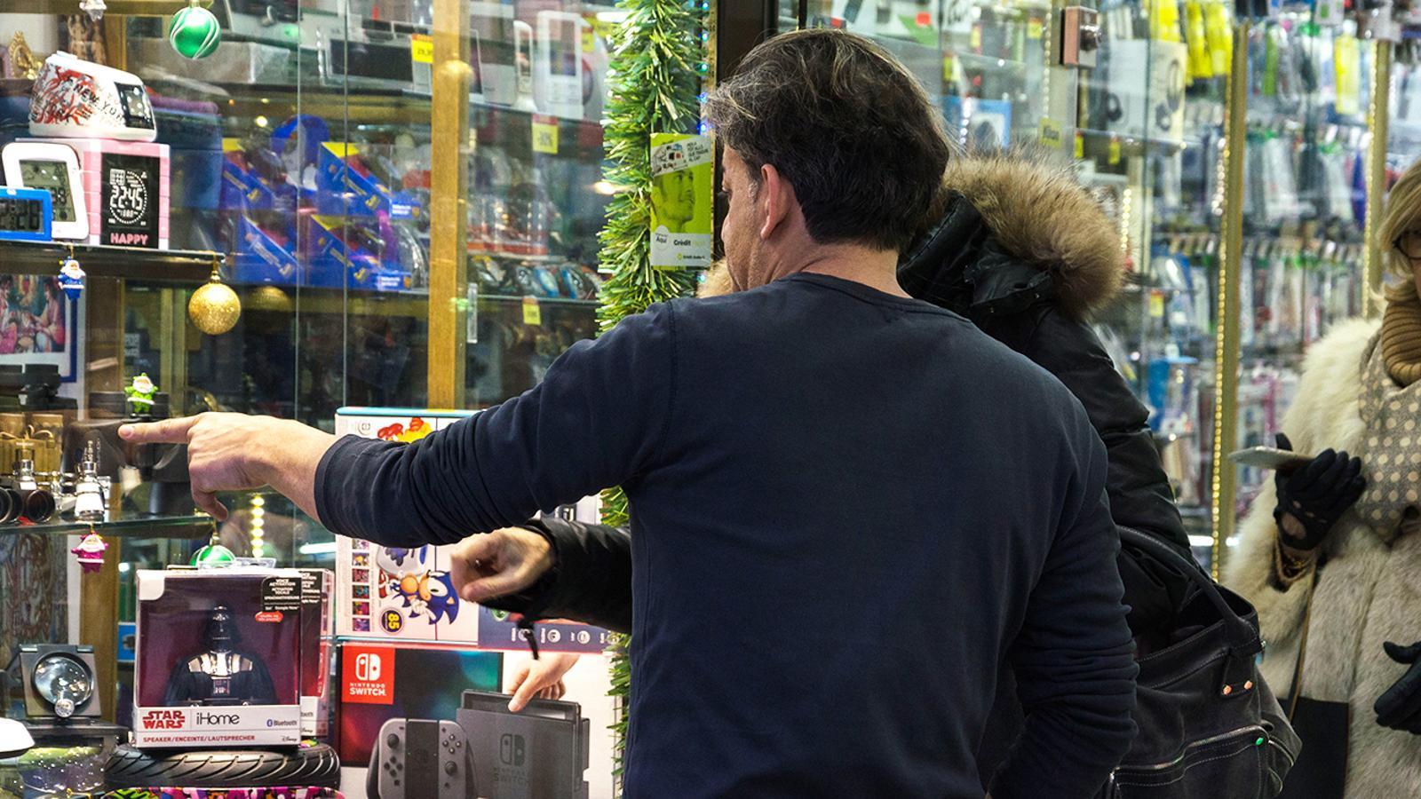 Visitants mirant aparadors de l'avinguda Meritxell. / ARXIU ANA