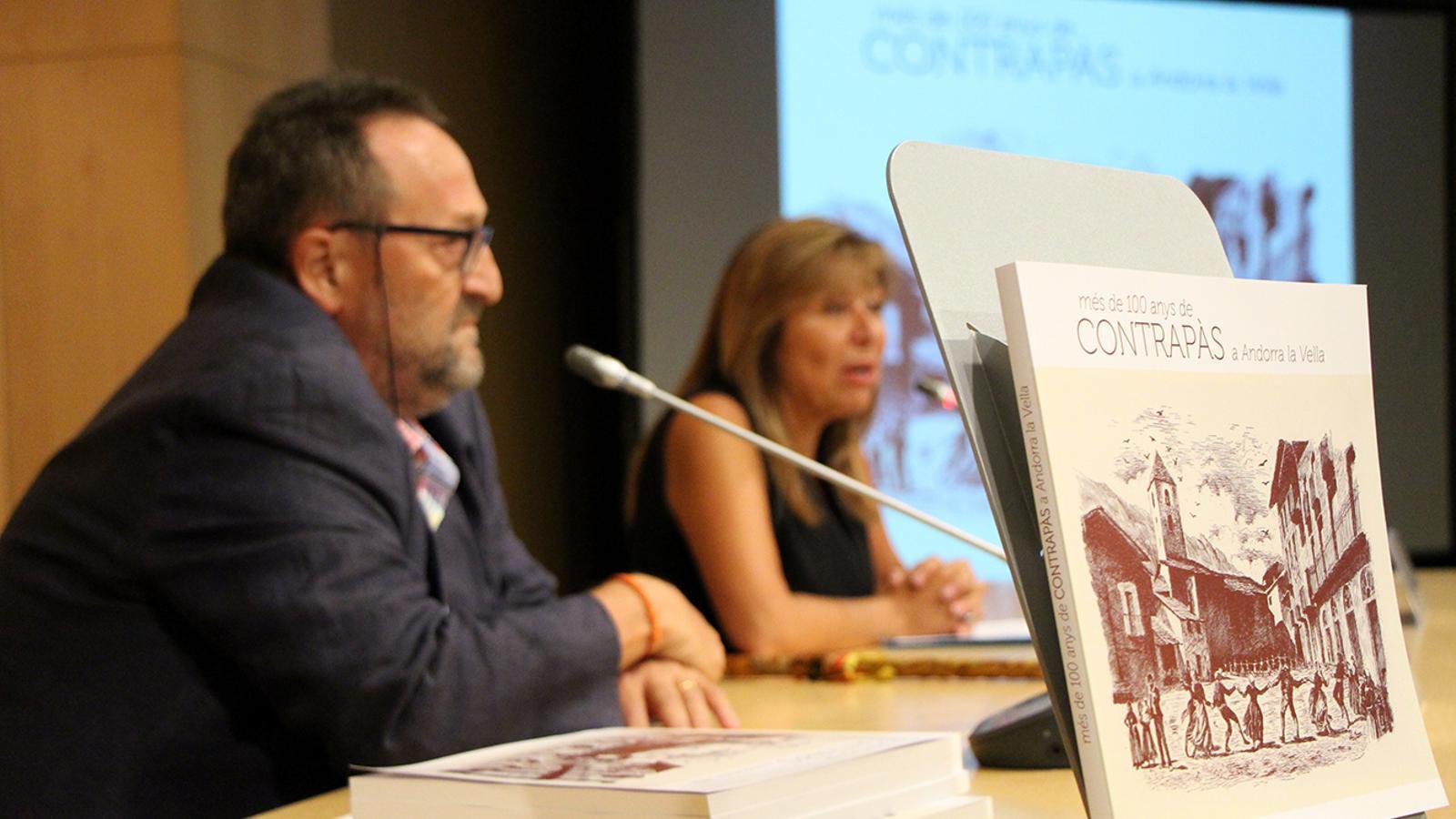 El llibre en primer pla i l'autor, Teo Armengol, i la cònsol major, Conxita Marsol, en segon terme. / M. M. (ANA)