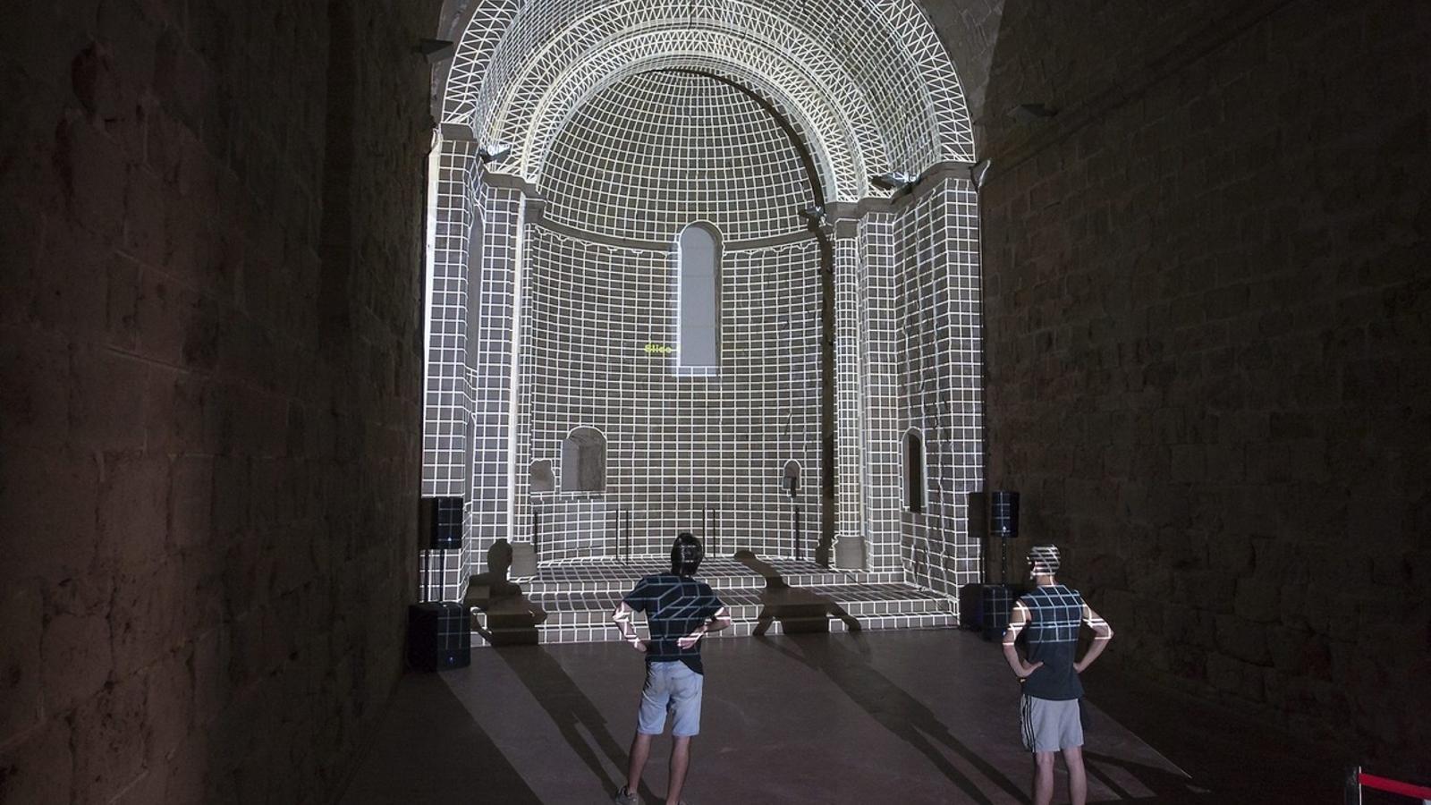 L'equip de Playmodes ultimant les projeccions del castell.