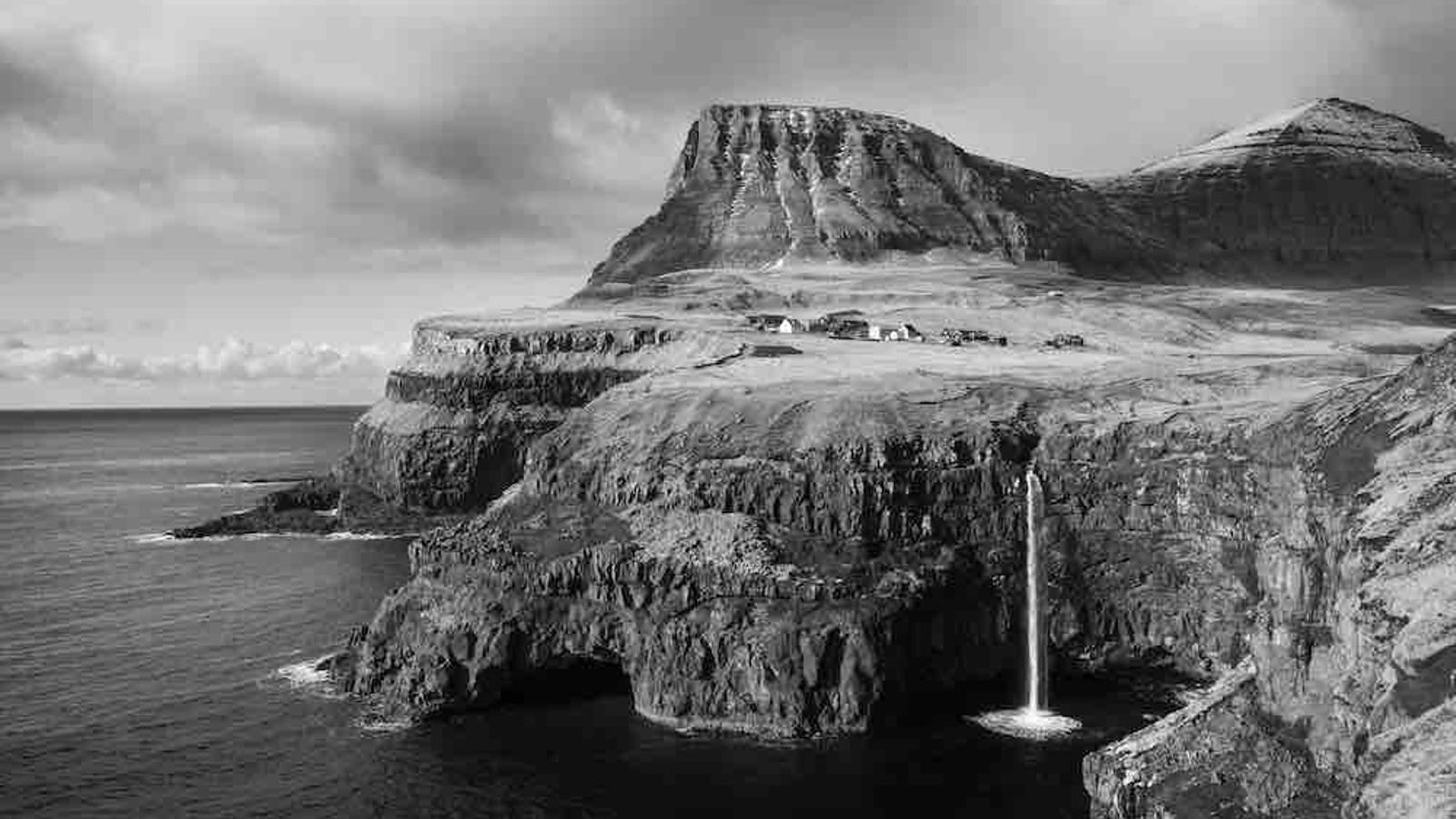 Les Fèroe tenen més de mil quilòmetres de costa, amb una morfologia rocosa plena de penya-segats . No hi ha cap lloc a l'interior de les illes que sigui a més de cinc quilòmetres de la costa, cosa que fa que la relació dels habitants amb el mar sigui molt estreta / Guillem Trius