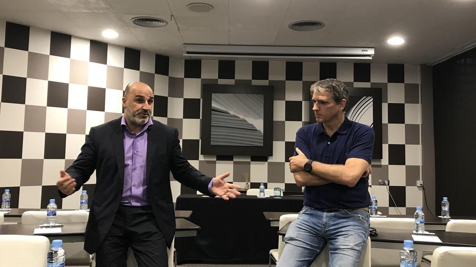 A l'esquerra, Ivan Carrillo, president del CF Gavà
