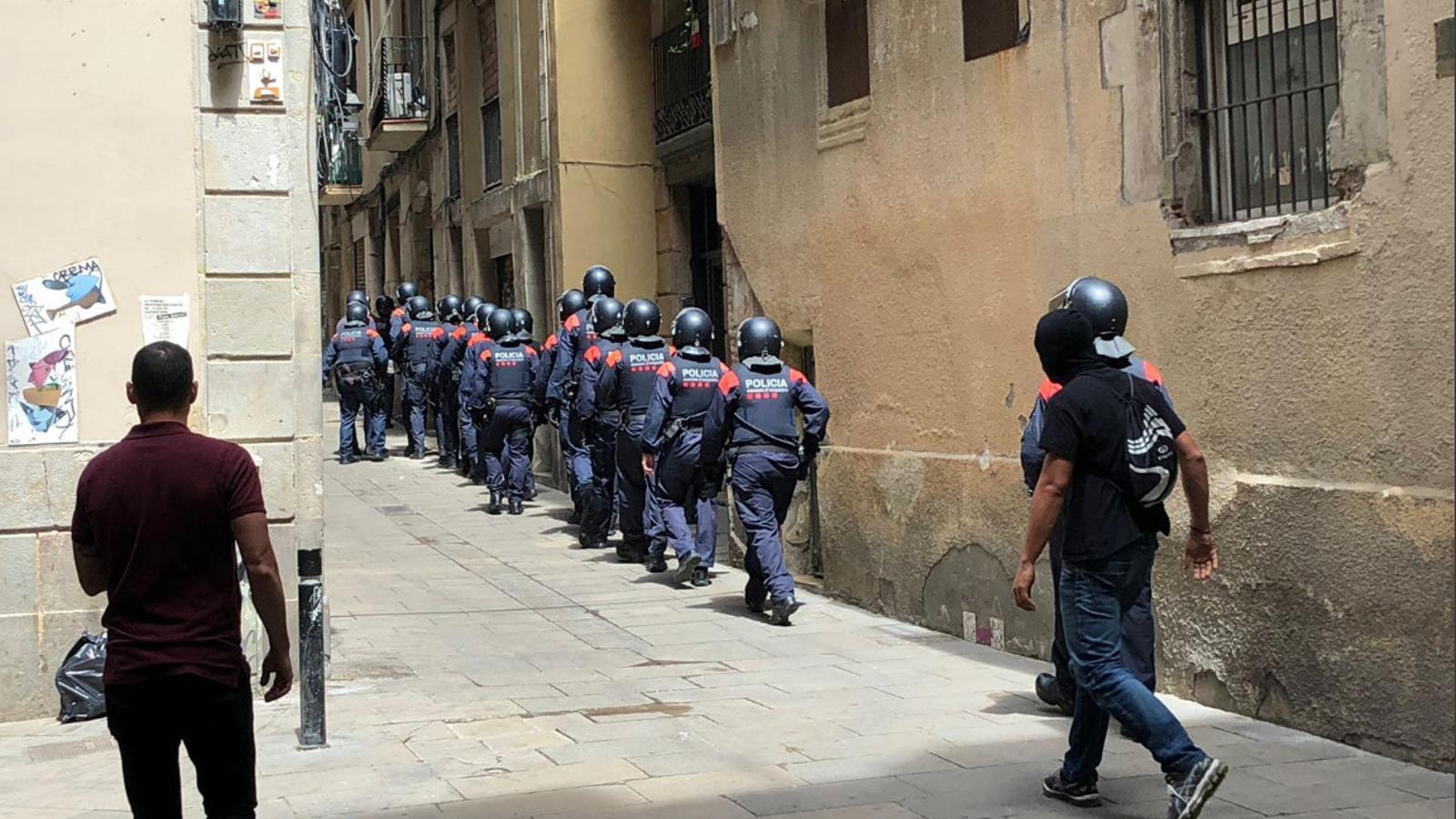 Fotografia de l'operació dels Mossos d'Esquadra al carrer Ataulf