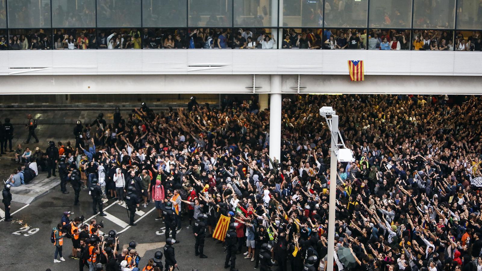 Milers de persones bloquejant l'aeroport del Prat en la primera acció del Tsunami. / CÈLIA ATSET