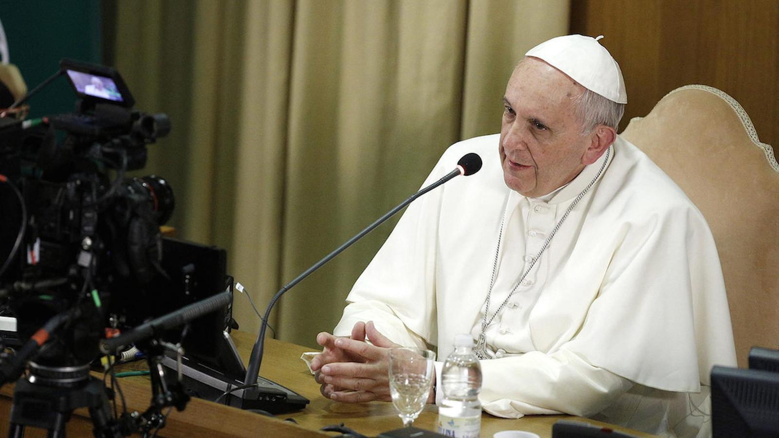 El papa Francesc pronunciant un discurs al Vaticà en una imatge d'arxiu.