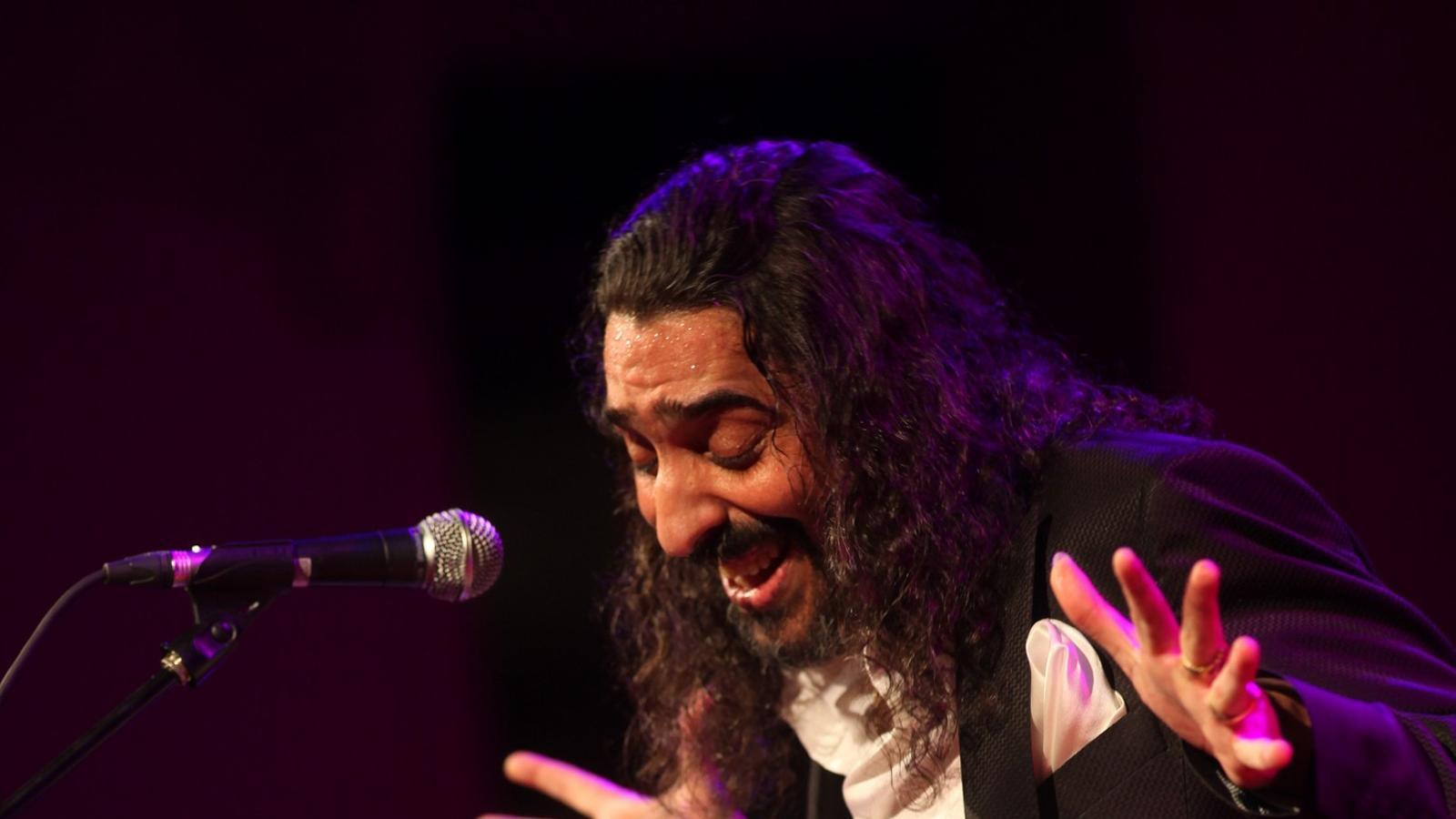 Diego el Cigala va acabar cantant un parell de tangos, tot i que allò que el públic li demanava eren boleros . / MARTÍ E. BERENGUER
