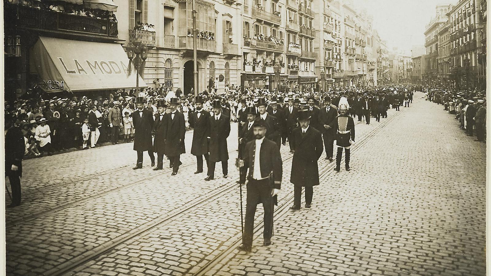 Enterrament d'Enric Prat de la Riba a Barcelona. A la imatge, la comitiva de dol desfilant pels carrers de la ciutat plens de gent.