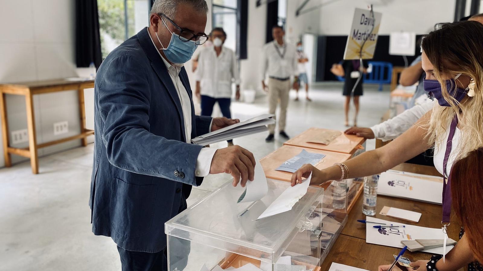 L'expresident d'El Pi, votant en el congrés extraordinari del partit d'aquest dissabte