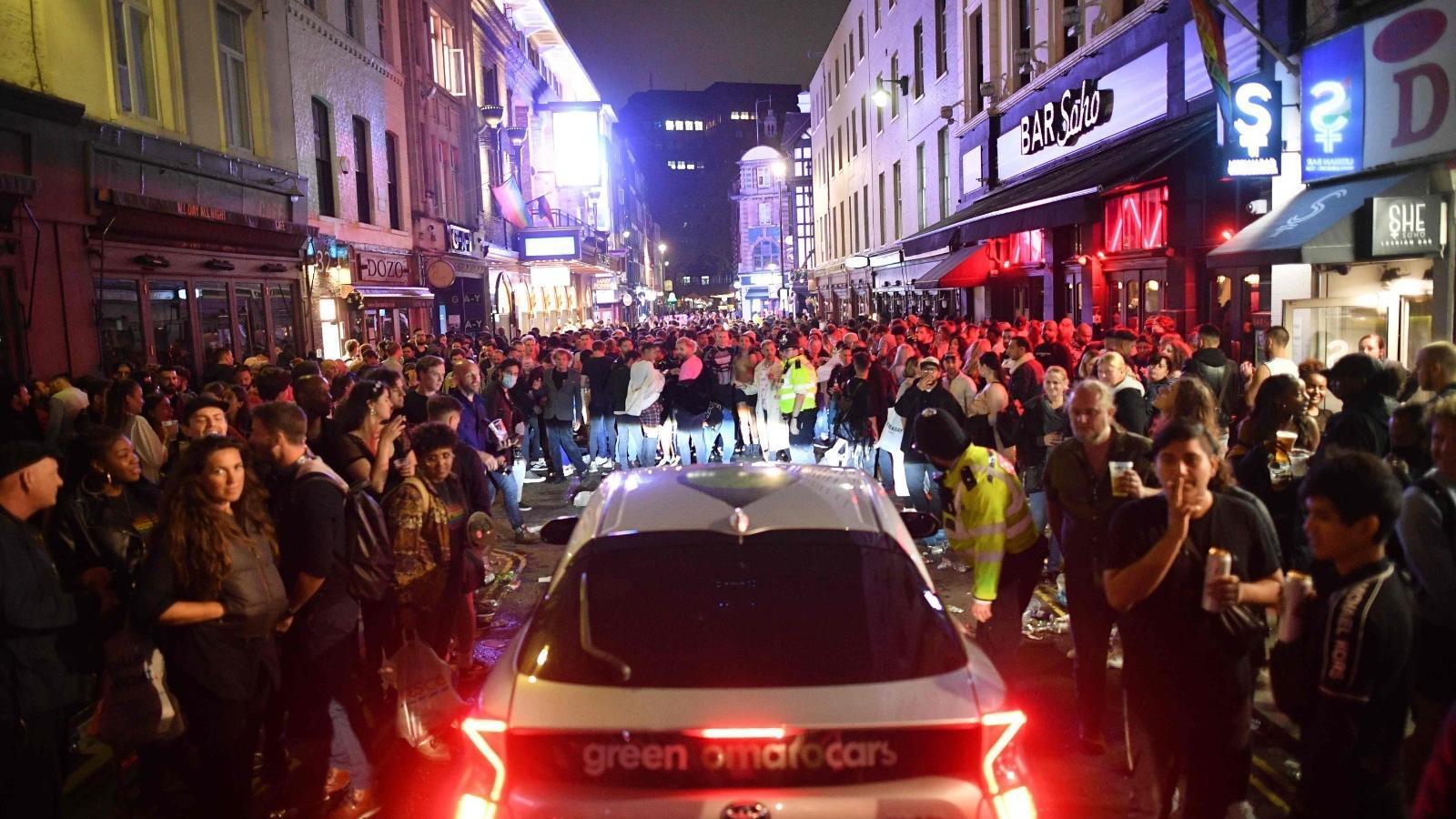 Carrers atestats de gent al centre de Londres.
