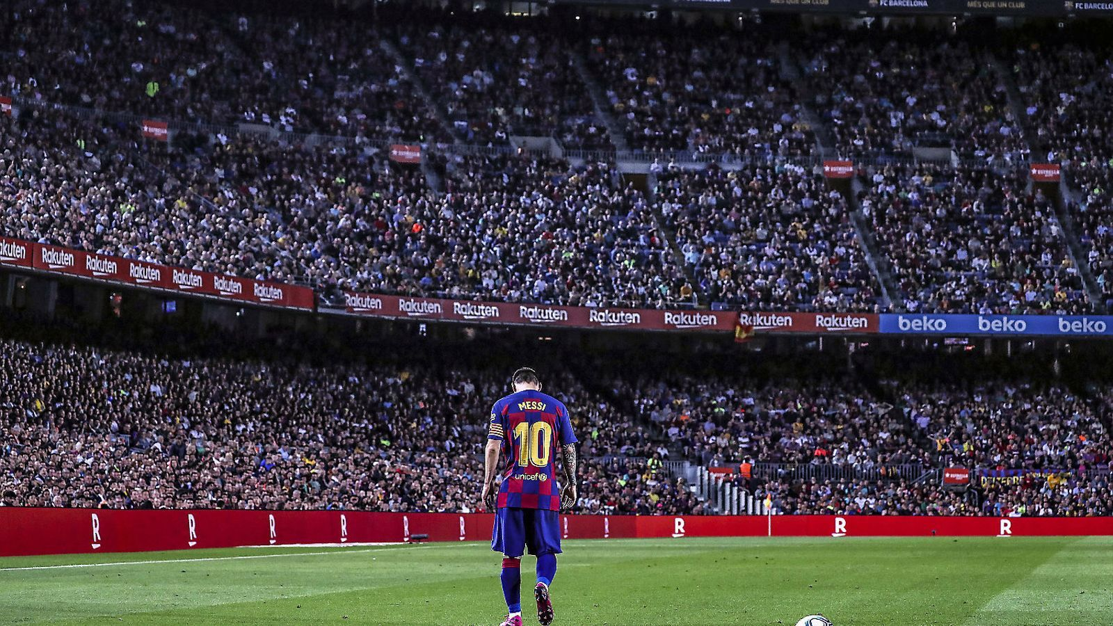 Leo Messi instants abans de xutar una falta en el partit de diumenge passat entre el Barça i el Sevilla al Camp Nou.