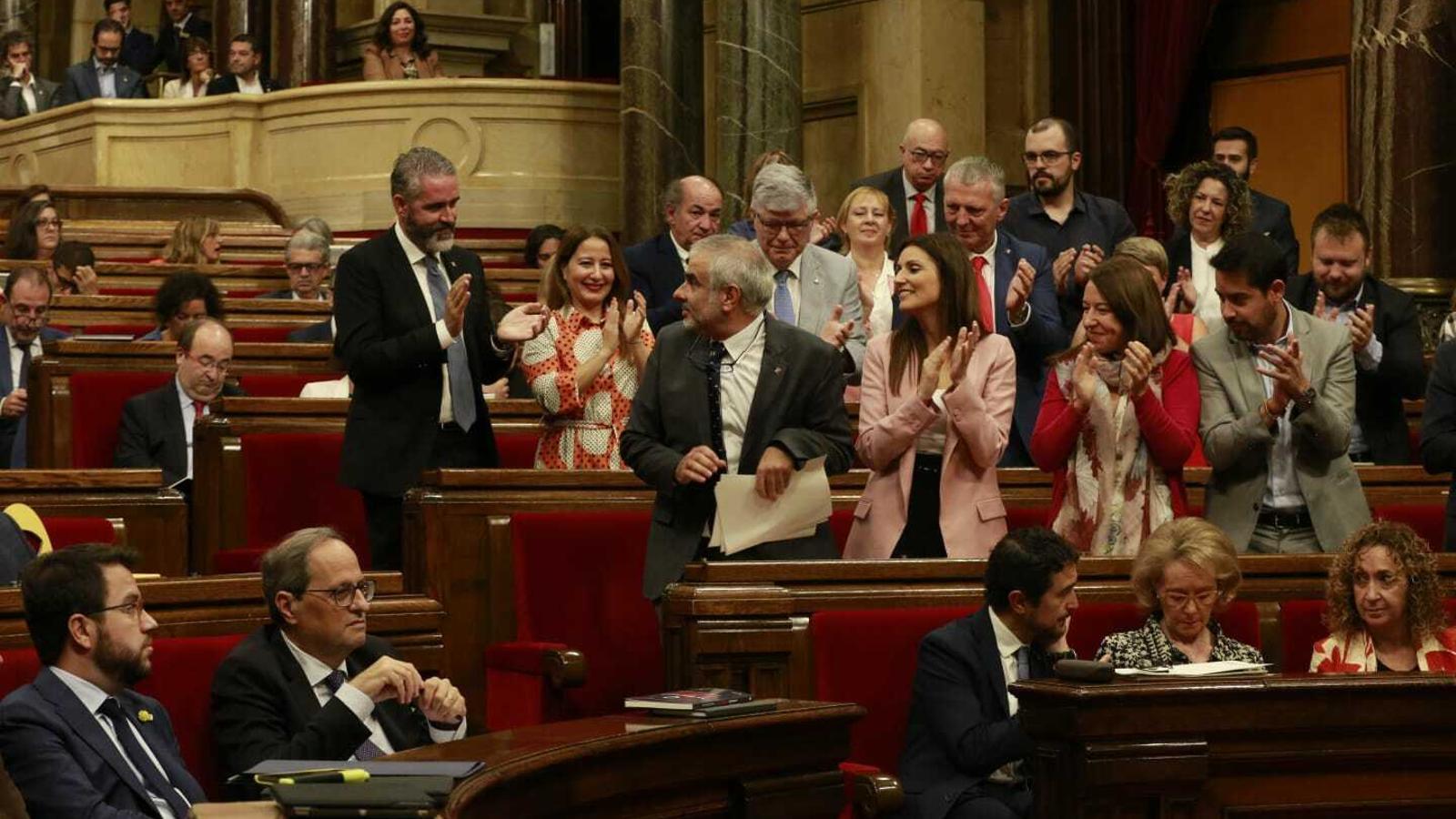 Carrizosa, aplaudit per la bancada de Cs després de la seva intervenció en el debat de la moció de censura contra Torra, es gira per mirar en direcció a Rivera i Arrimadas