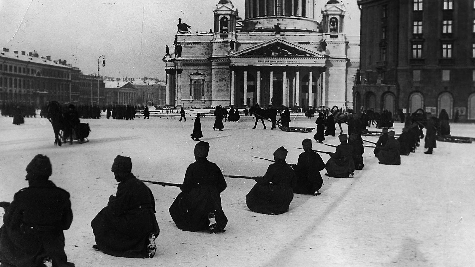 Cosacs davant l'església de Sant Isaac a Petrograd.