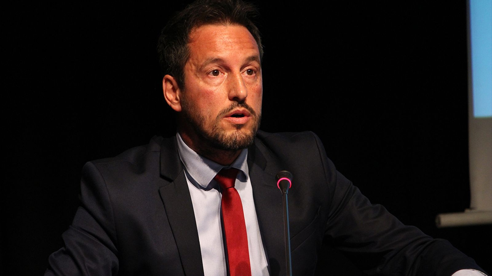 El president del PS, Pere López, durant la taula rodona 'Doble nacionalitat i vot dels residents' d'aquest dilluns a la tarda. / M. M.