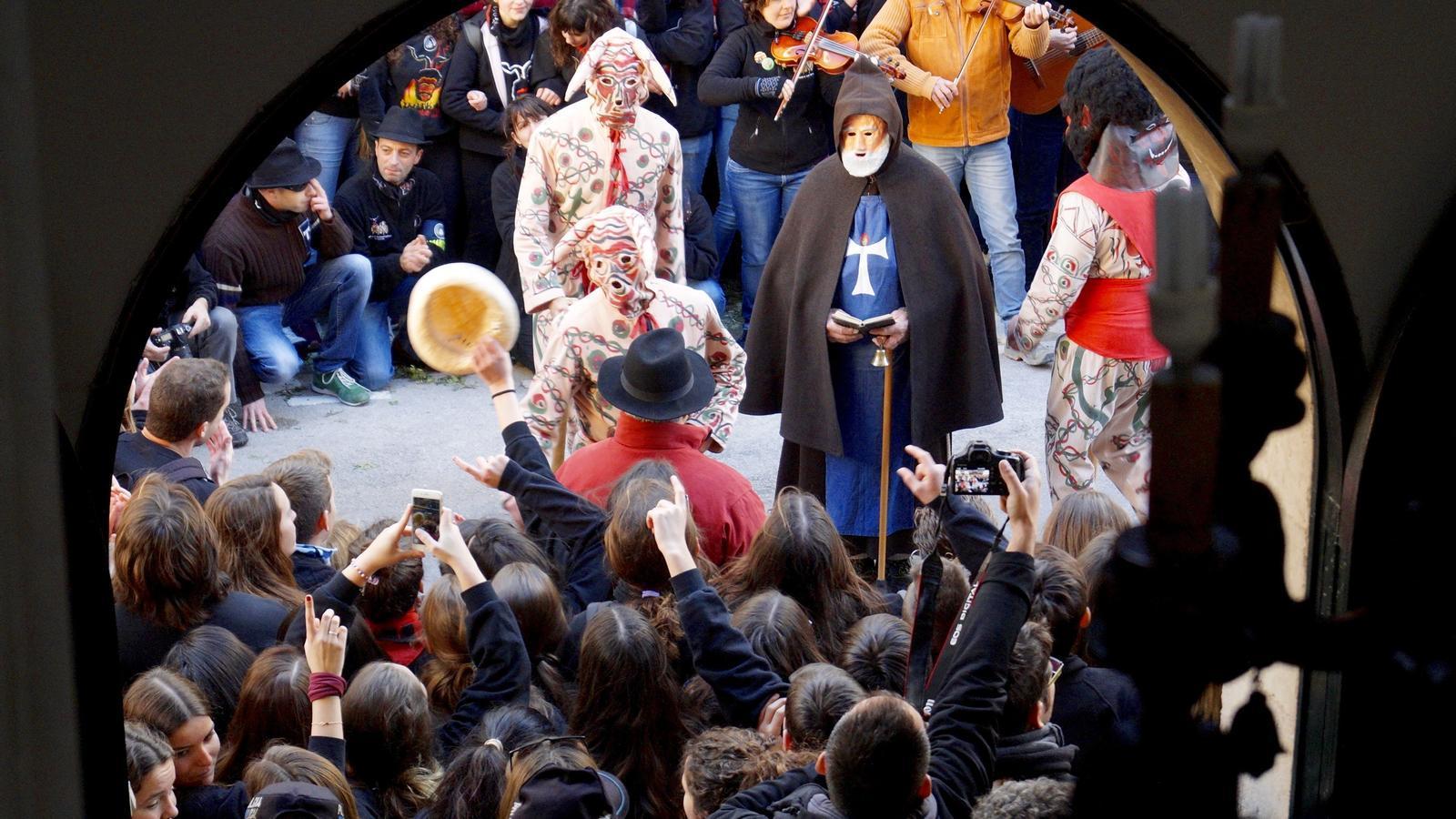 Ball dels dimonis a davant l'Ajuntament de Manacor./ M.B.
