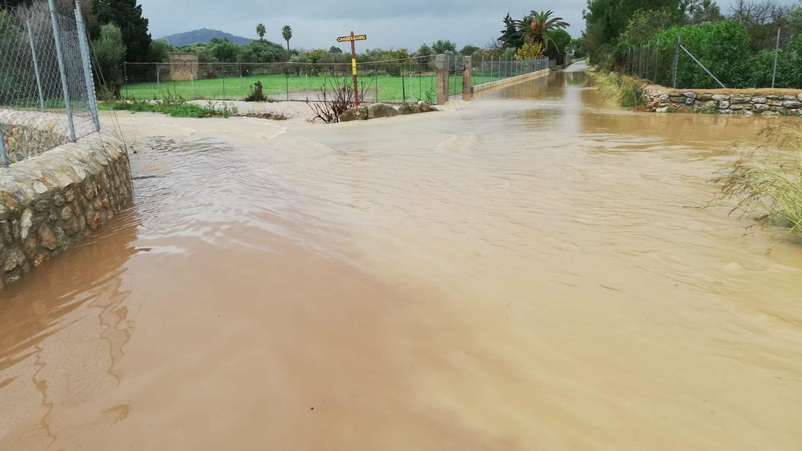 Imatge d'una carretera inundada aquest dimecres. / TWITTER