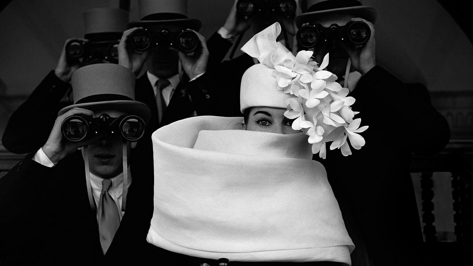 Les fotos d'alta costura són les que l'han fet més famós. En aquesta imatge del 1958 mostra un barret de Givenchy amb la model simulant estar a les carreres en un treball per a Jardin des Modes.